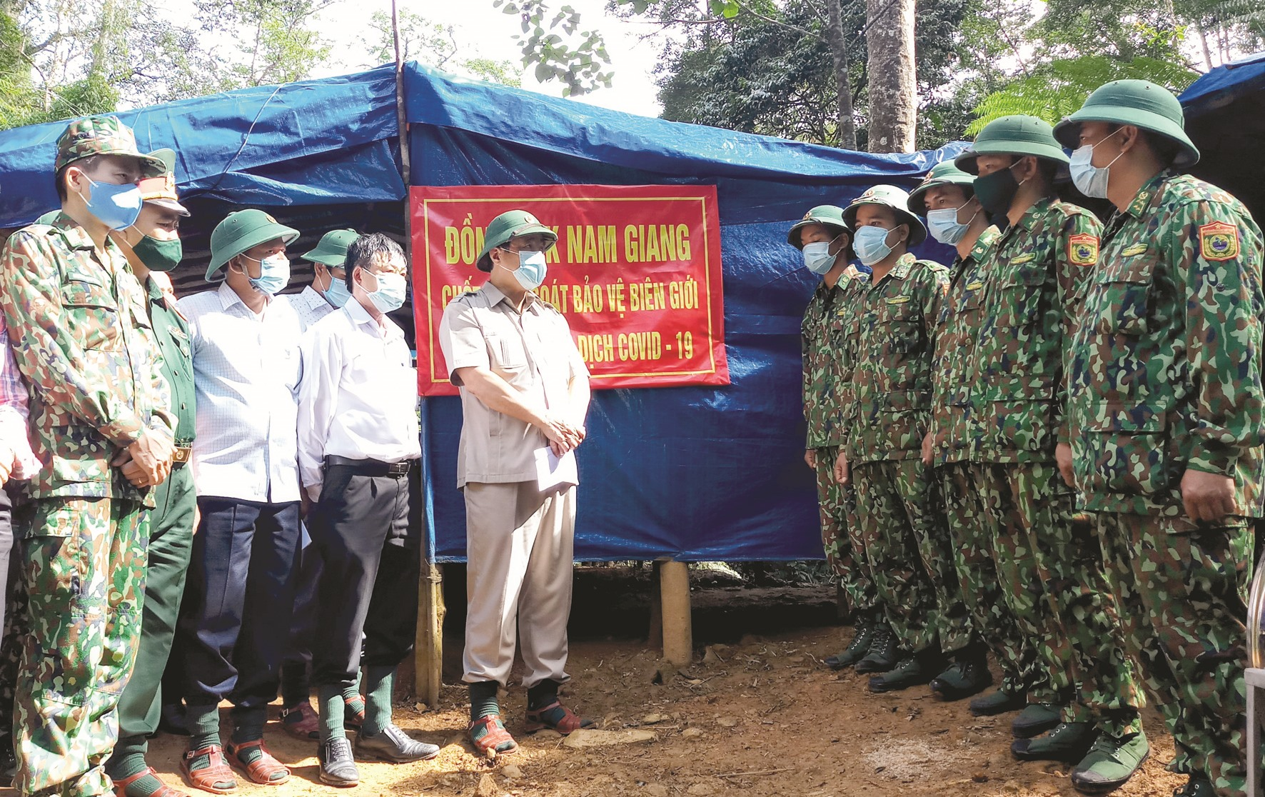 Bí thư Tỉnh ủy Phan Việt Cường động viên các chiến sĩ làm nhiệm vụ trực gác bảo vệ biên giới. Ảnh: ALĂNG NGƯỚC