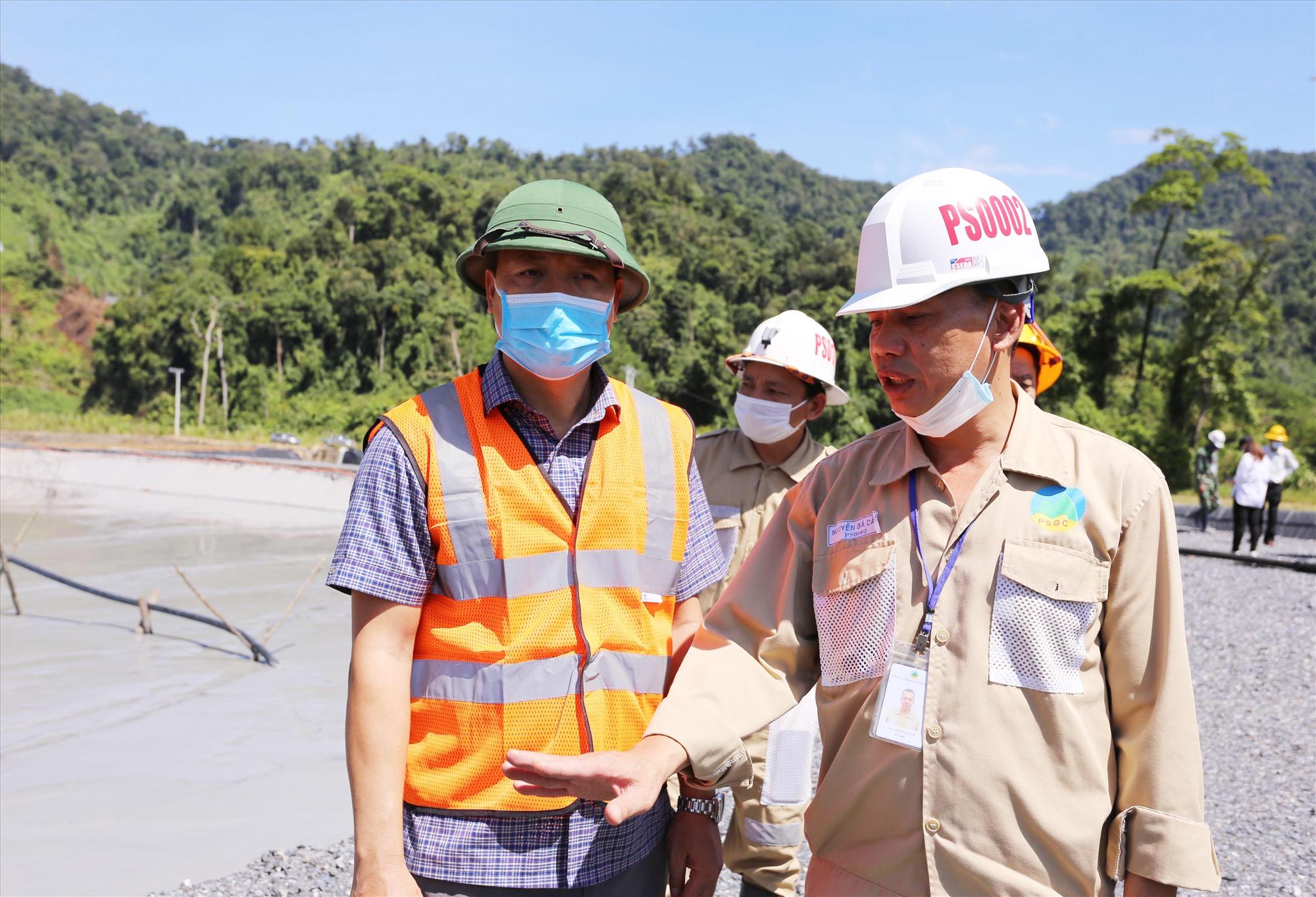 Đoàn công tác của UBND tỉnh kiểm tra thực tế tại hồ chứa quặng thải khu vực nhà máy vàng Phước Sơn.