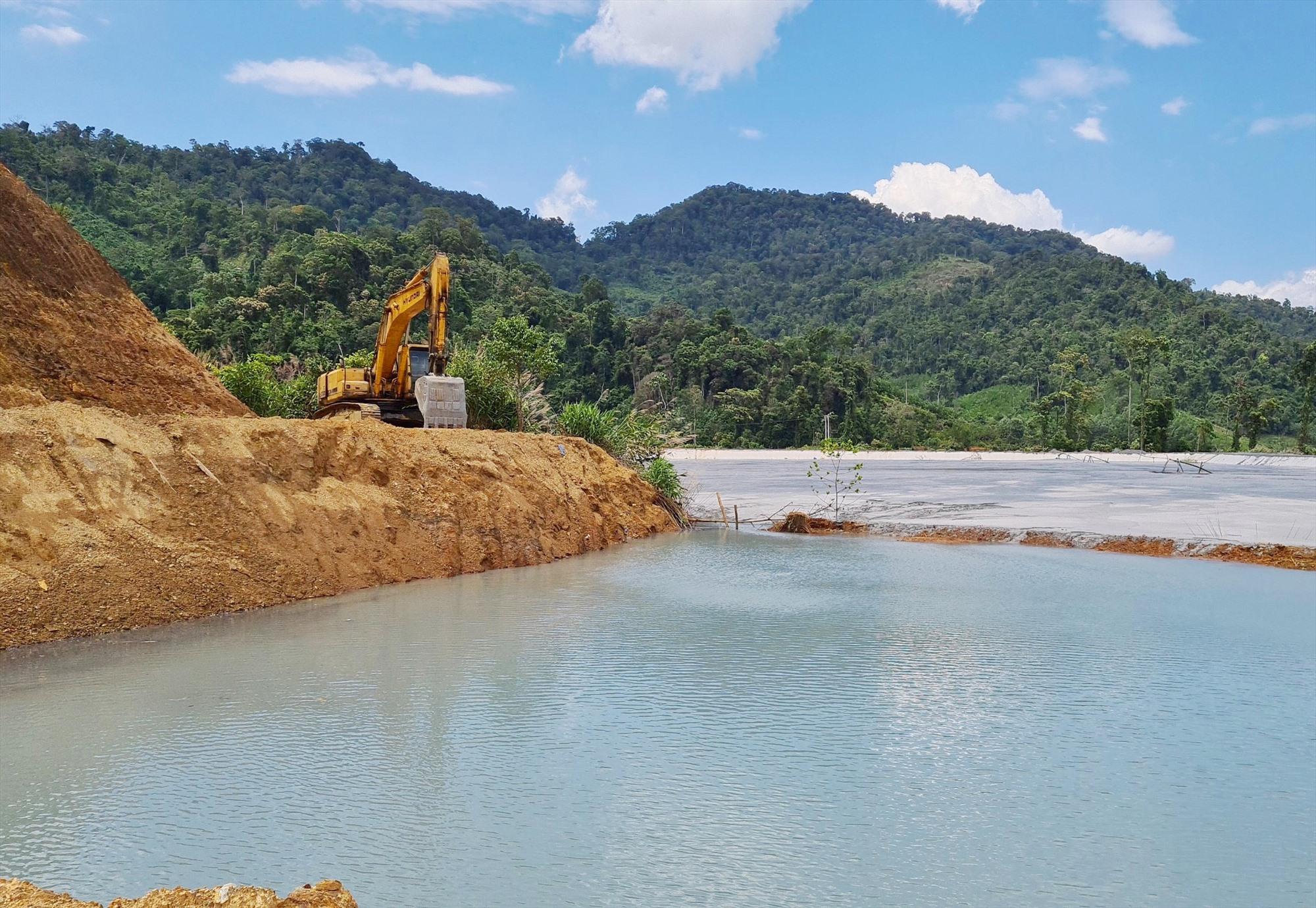 Công ty TNHH Vàng Phước Sơn gia cố thân đập chứa quặng thải ở hồ số 1 mà hồ sơ thiết kế chưa được cơ quan có thẩm quyền thẩm định. Ảnh: H.P