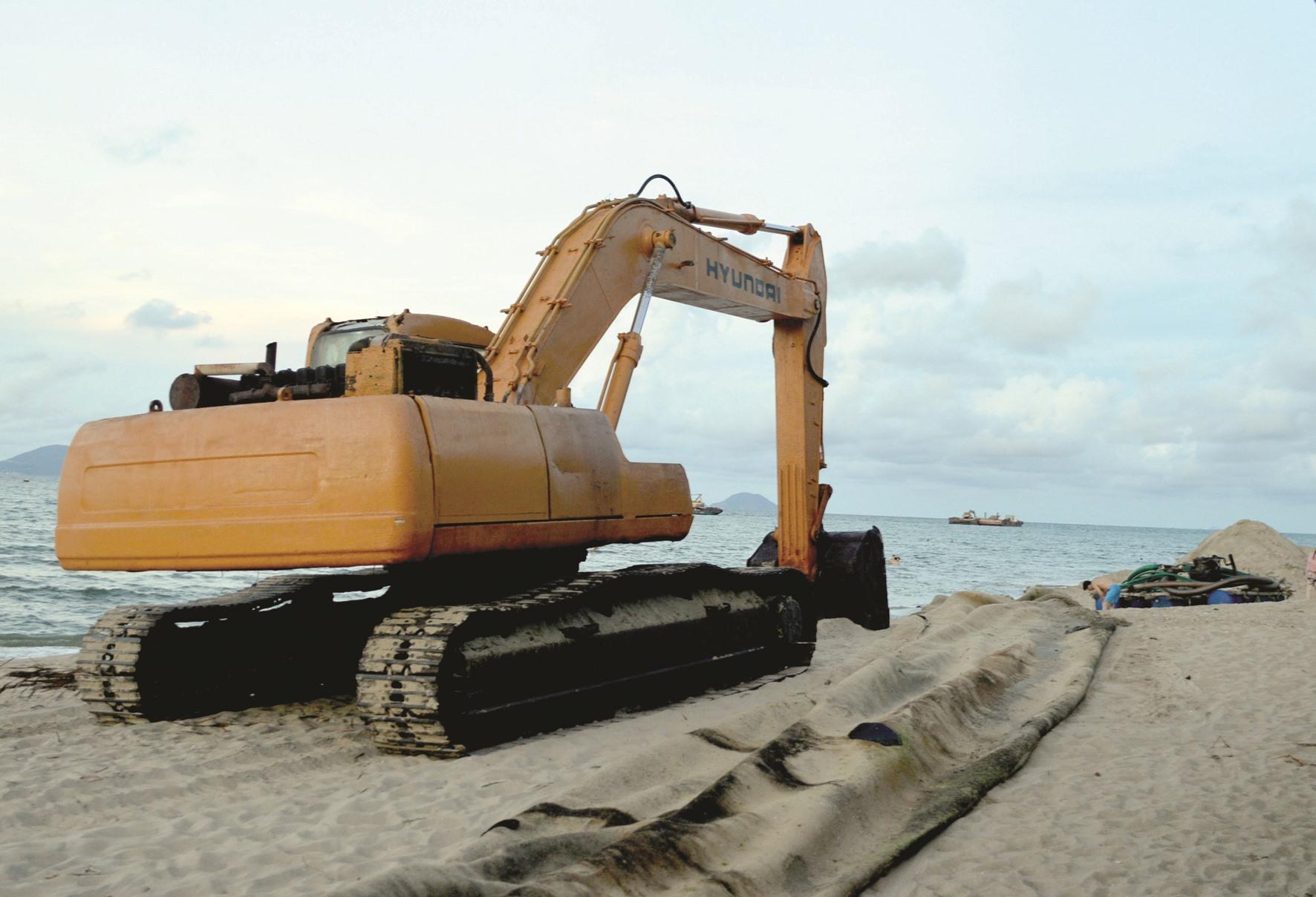 Ngoài dự án xây đê chắn sóng ngầm từ xa của tỉnh, UBND TP.Hội An đang khẩn trương tu sửa đoạn kè mềm khu vực phía bắc bờ biển Cửa Đại. Ảnh: V.LỘC