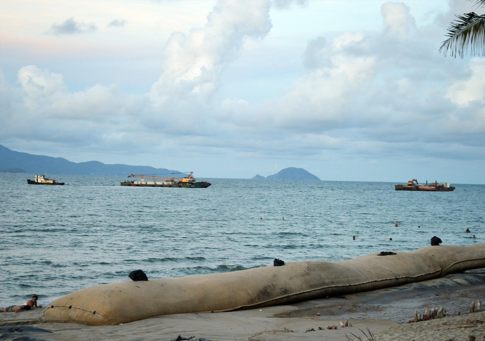 Các xà lan thi công tuyến đê ngầm chắn sóng từ xa nhằm bảo vệ bờ biển Cửa Đại. Ảnh: V.Lộc
