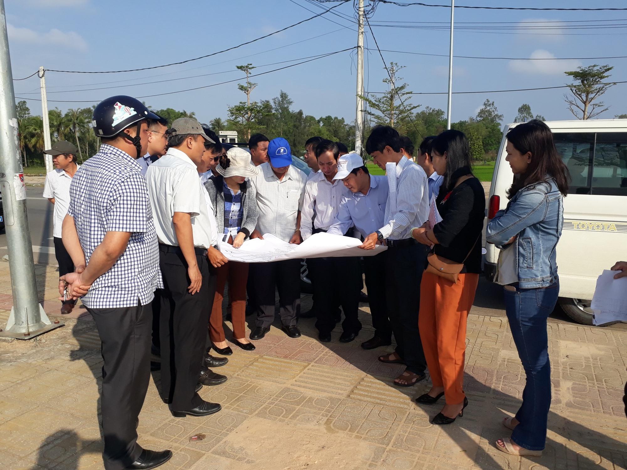 Đoàn công tác HĐND tỉnh kiểm tra thực địa tại các dự án, công trình có thu hồi đất ở TP.Tam Kỳ. Ảnh: T.S