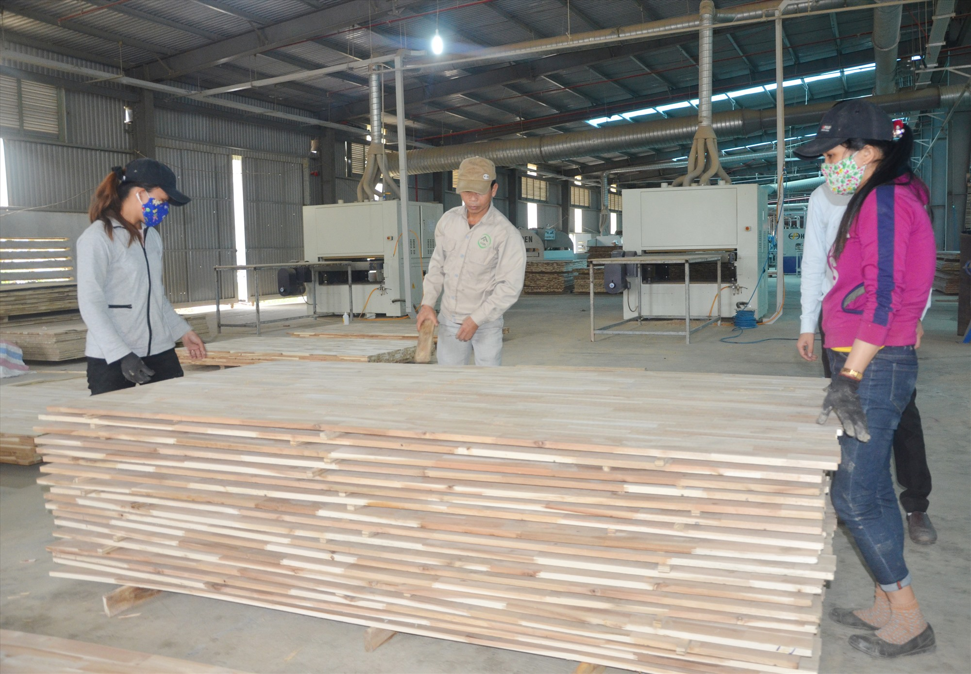 Bị ảnh hưởng của dịch Covid-19, nhưng ngành gỗ và chế biến các sản phẩm đồ gỗ dự kiến năm nay xuất khẩu đạt 12 tỷ USD. TRONG ẢNH: Nhà máy chế gỗ MDF của Công ty CP Gỗ công nghiệp Quảng Nam tại huyện Hiệp Đức. Ảnh: H.P
