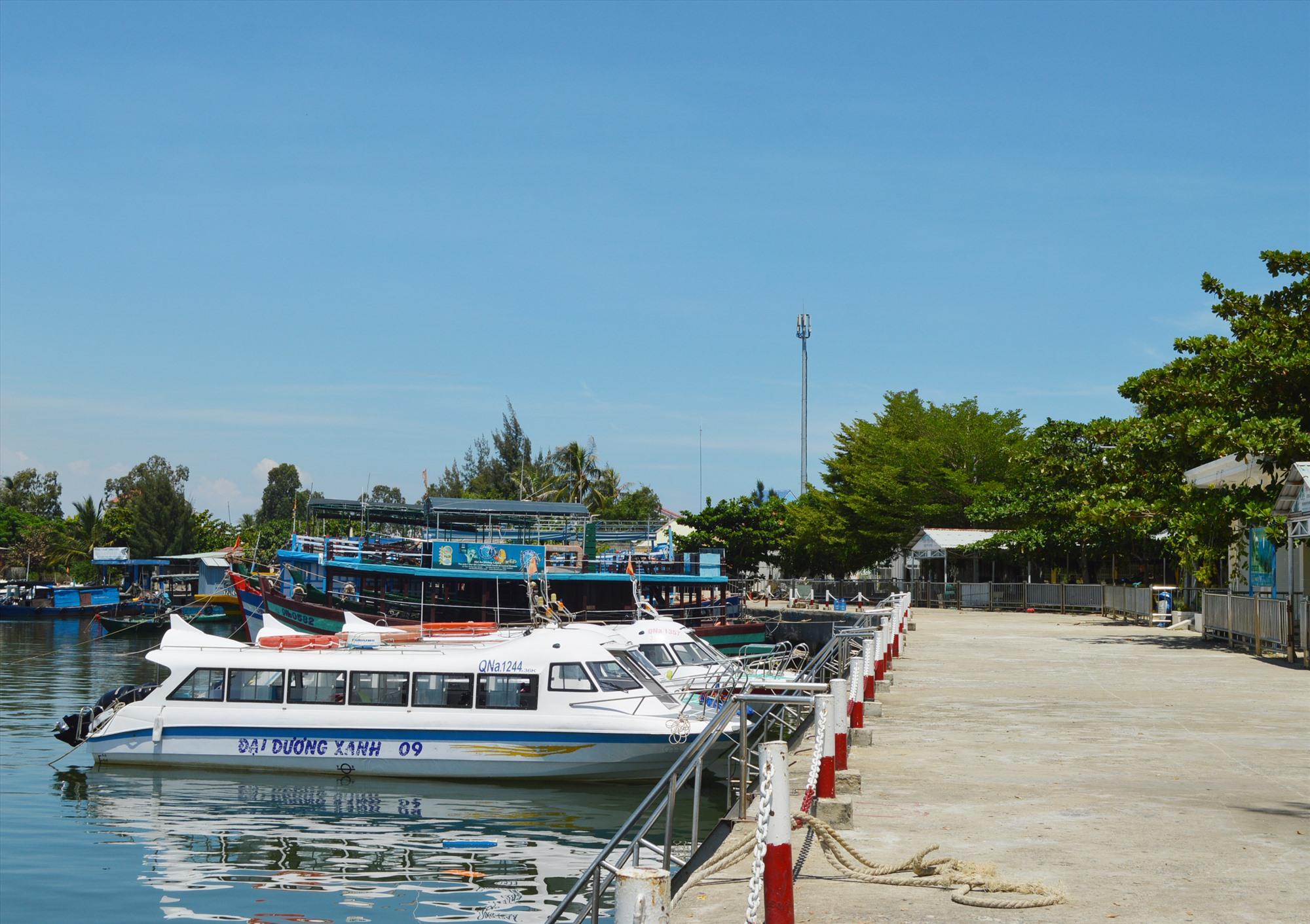 Nhiều doanh nghiệp Cù Lao Chàm gặp khó khăn khi chuyển đổi từ tàu SI sáng SB. Ảnh: V.L