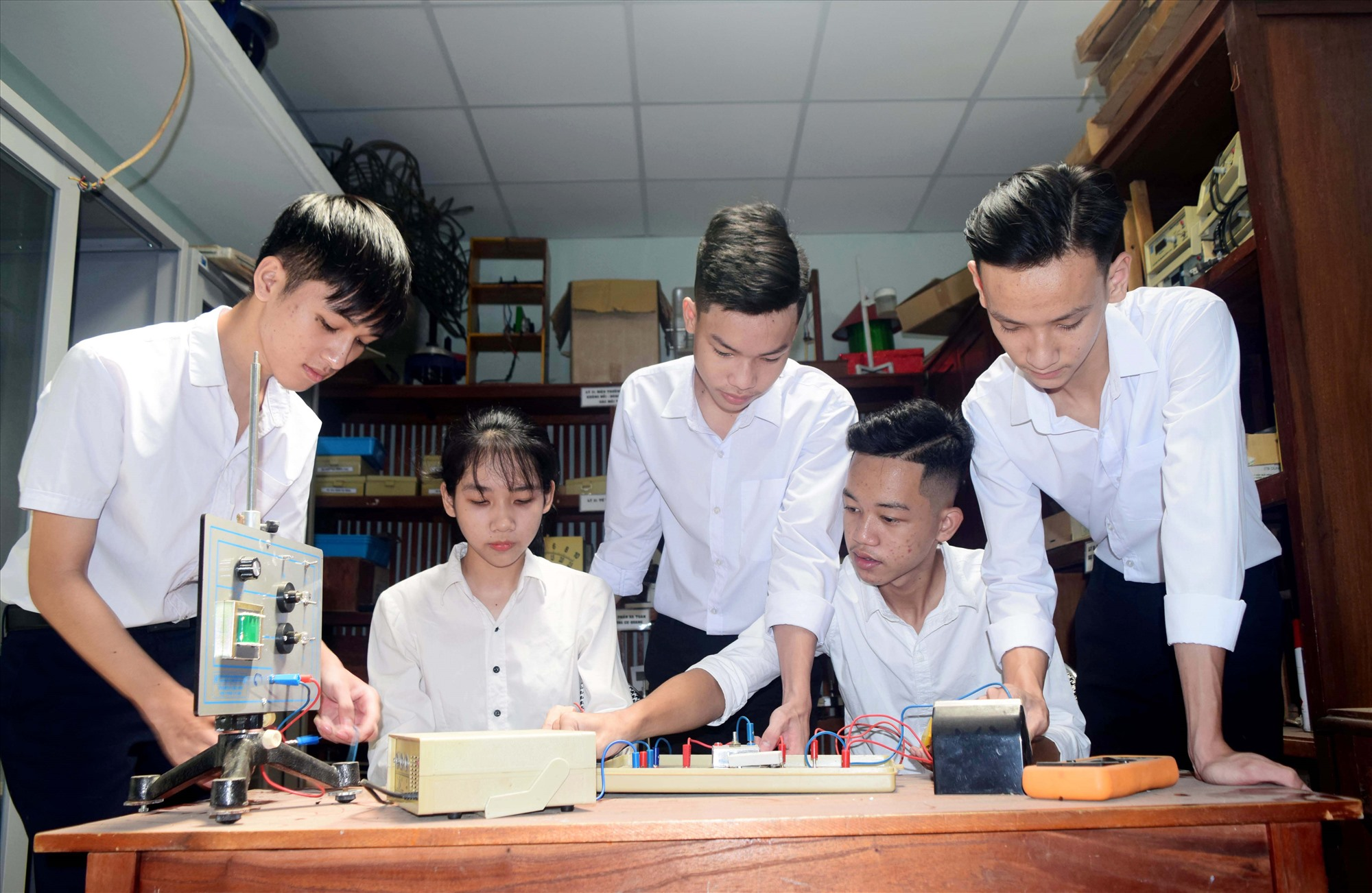 """Nhóm học sinh Trường THPT Cao Bá Quát (Núi Thành) nghiên cứu, sáng tạo """"Hệ thống chuồng gà thông minh ứng dụng Internet of Thing"""". Ảnh: THÁI CƯỜNG"""