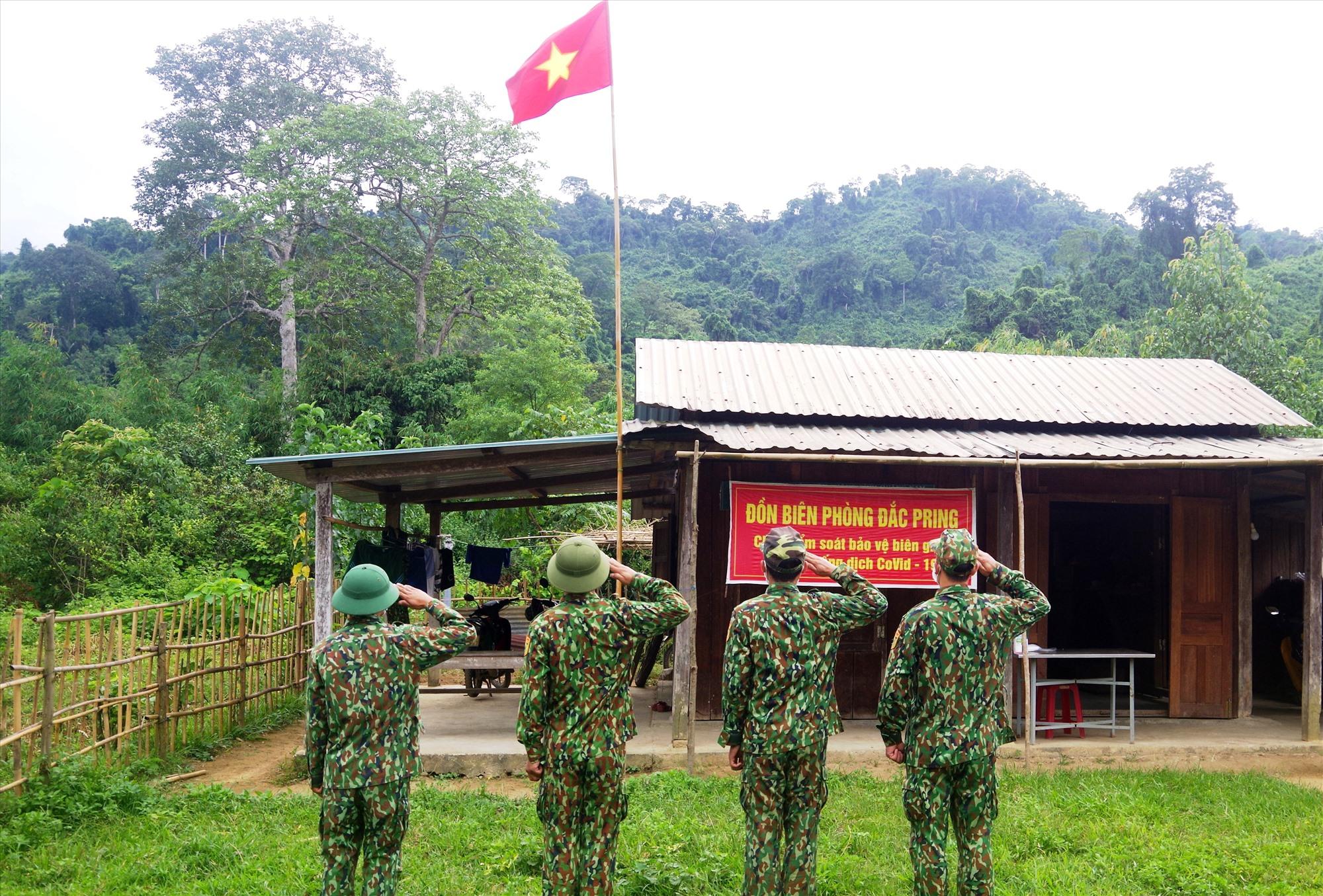 """Các chiến sĩ biên phòng tại điểm chốt Pêtapoóc chào cờ đầu tuần, trước khi """"xuất lệnh"""" tuần tra. Ảnh: T.N"""