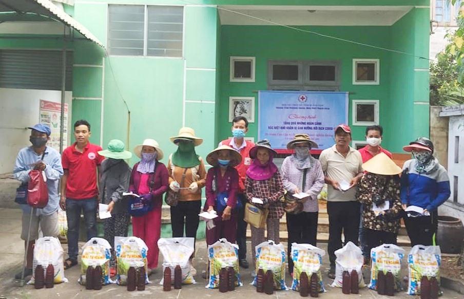 Hội Chữ thập đỏ tỉnh trao tặng cho người bán vé số dạo. Ảnh: P.C.R