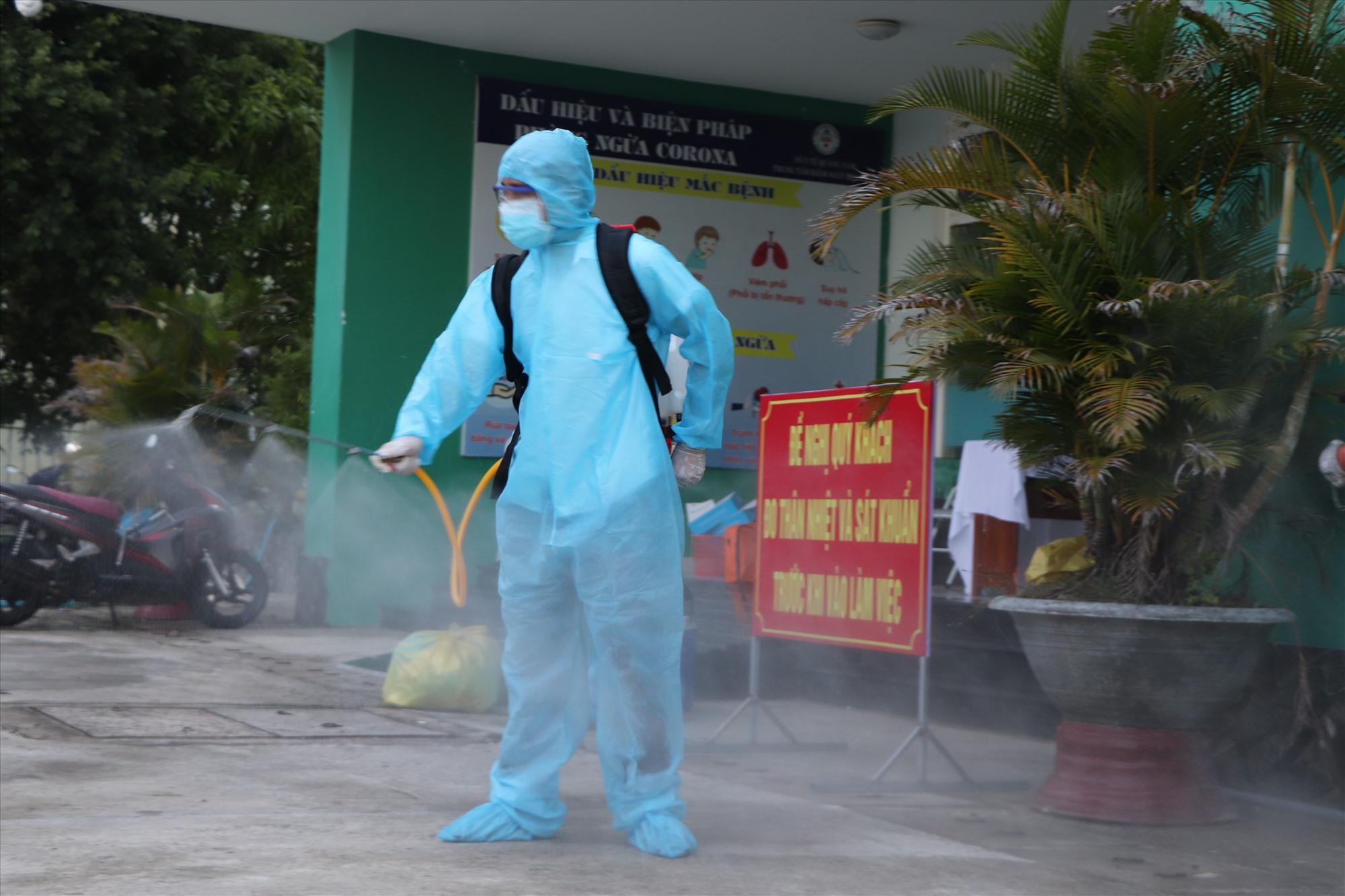 Ngành Y tế khử khuẩn tại các khu vực từng có người nhiễm bệnh.Ảnh: X.H