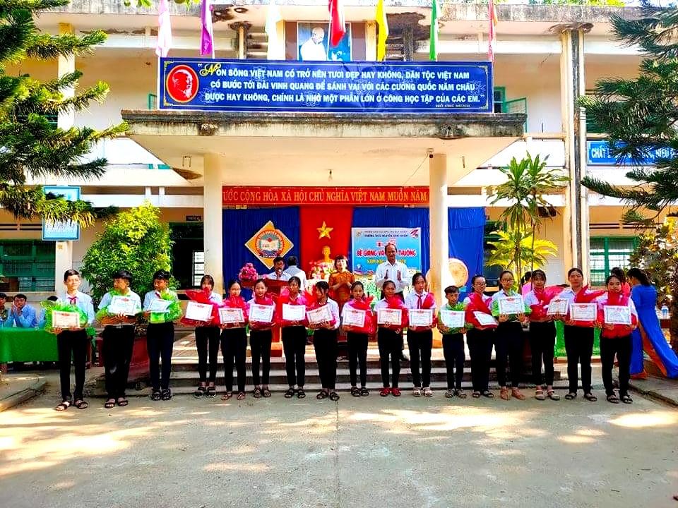 Thầy giáo Nguyễn Tấn Sinh huy động nhiều nguồn lực tặng thưởng cho học sinh nghèo. Ảnh: T.P