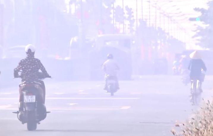 Người dân đốt rơm rạ gây khói phủ kín như sương khiến tầm nhìn bị hạn chế khi tham gia giao thông. Ảnh: Mây Hạ