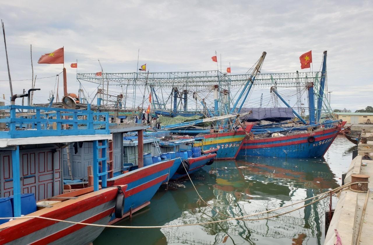 Tàu thuyền neo đậu tại Cảng Kỳ Hà, Núi Thành. Ảnh: HOÀI AN