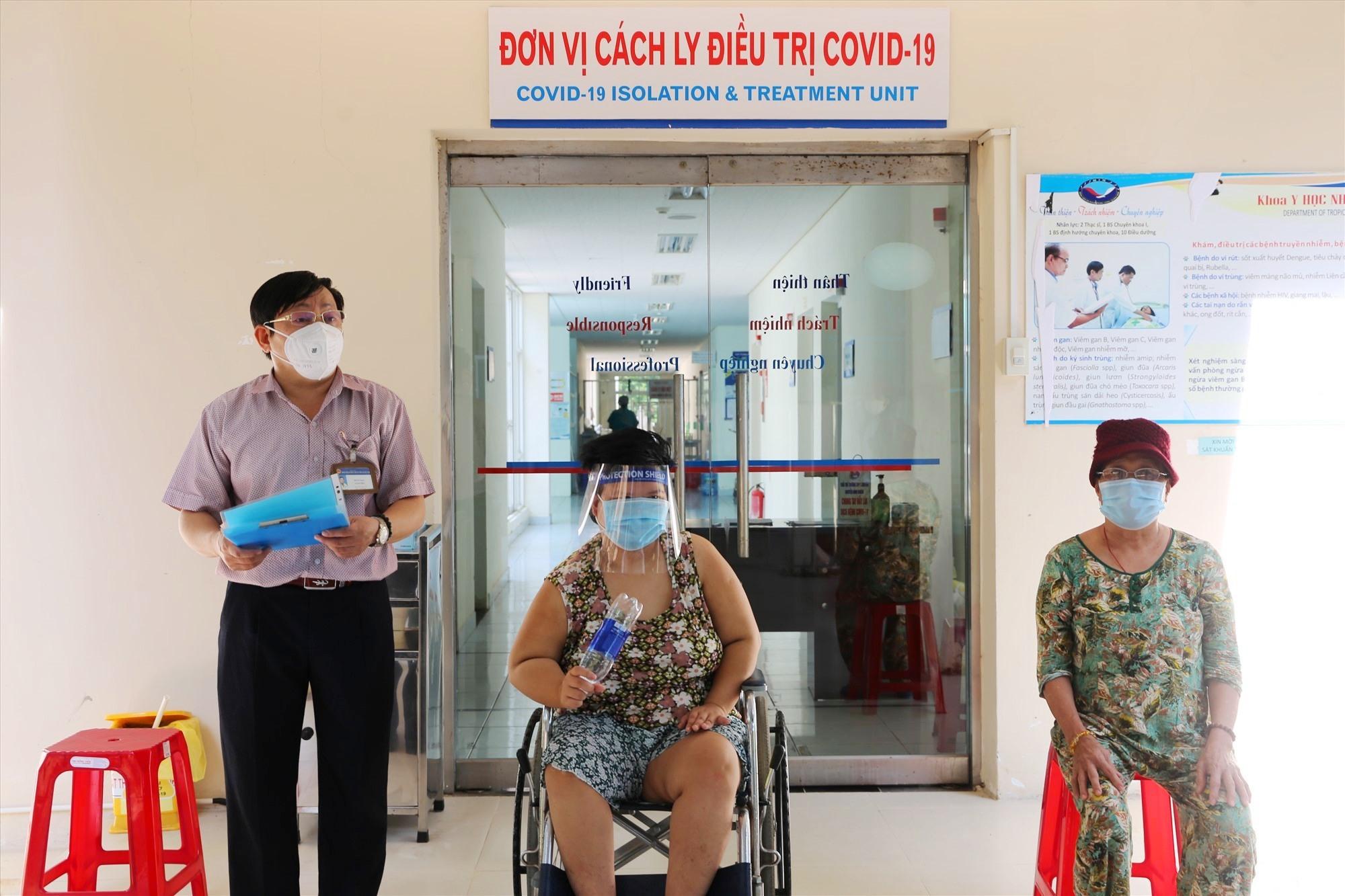 Giám đốc Bệnh viện Đa khoa Trung ương Quảng Nam Đinh Đạo trao giấy xuất viện cho các bệnh nhân. Ảnh: P. THẢO