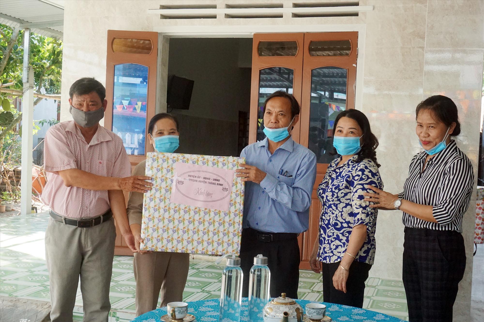 Nhiều món quà được trao cho gia đình bà Mai Thị Nhạn.