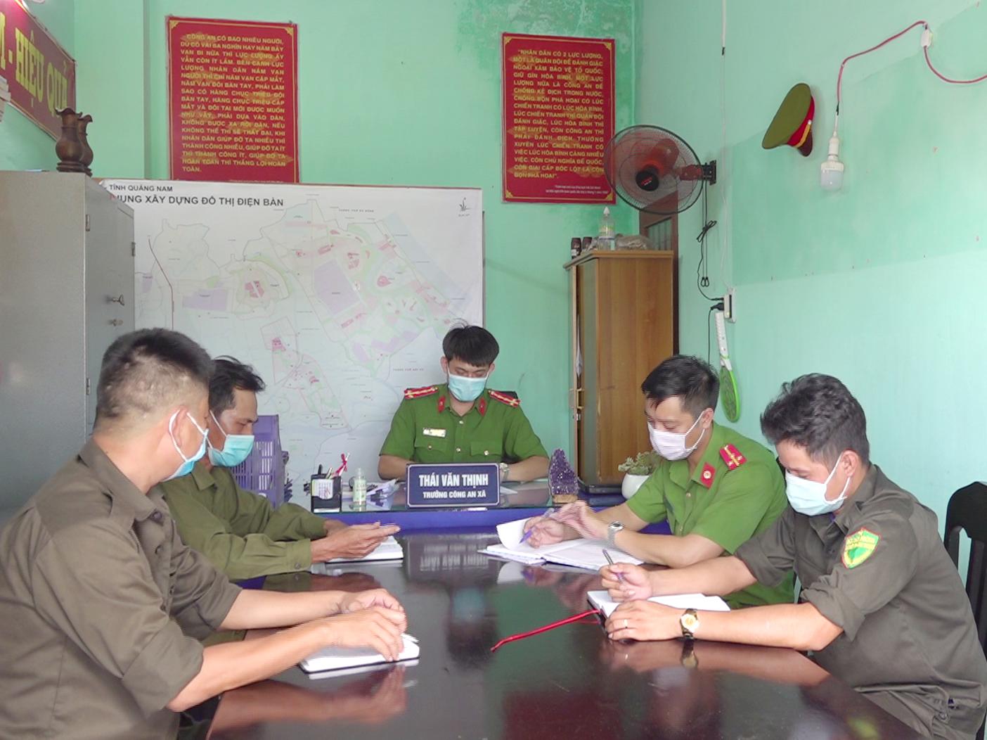 Công an xã Điện Thắng Trung họp triển khai nhiệm vụ cho lực lượng công an viên cơ sở. Ảnh: C.T