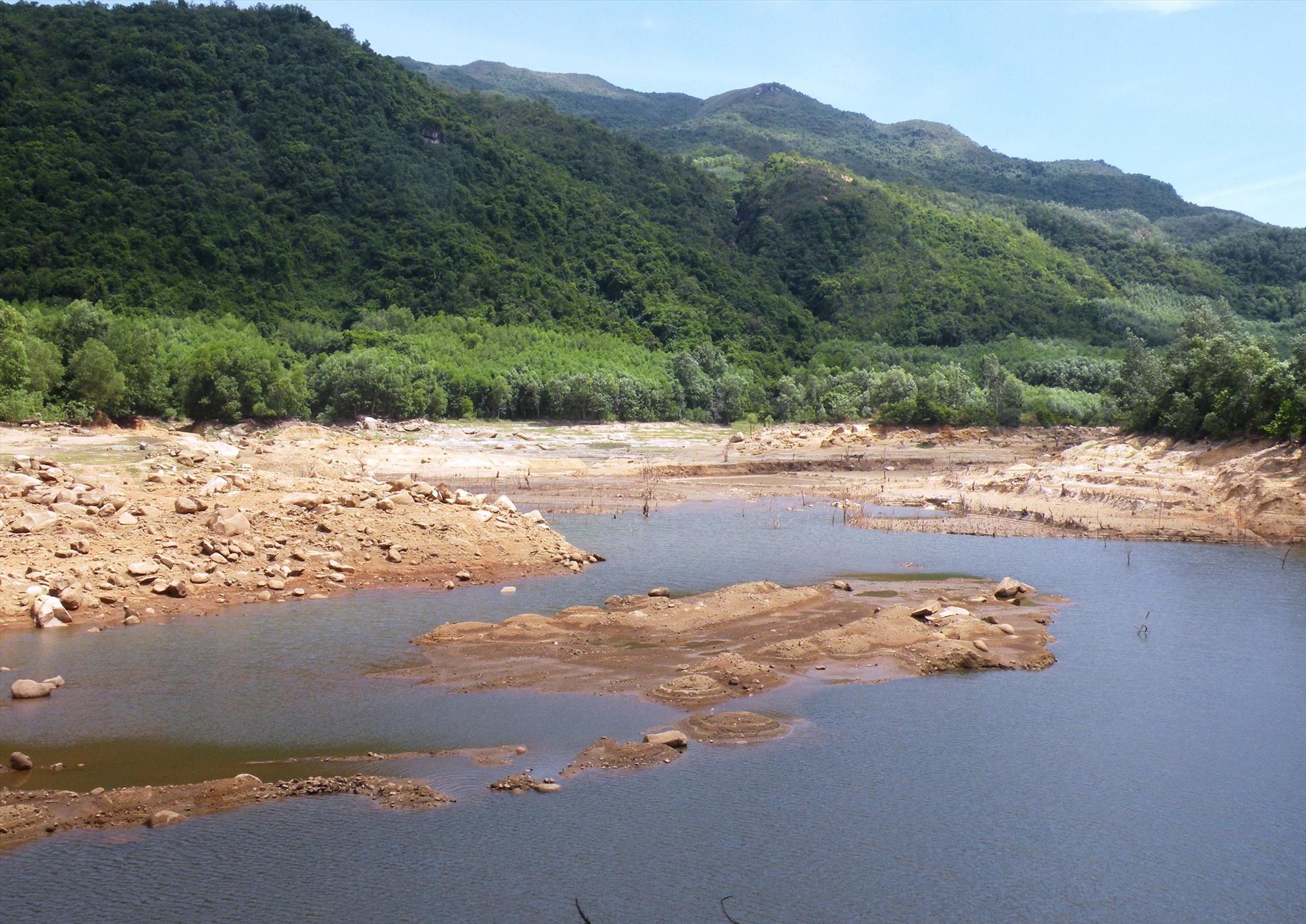 Thời điểm này, mực nước của hầu hết hồ chứa thủy lợi đều thấp, sẵn sàng đón lũ.  Ảnh: VĂN SỰ