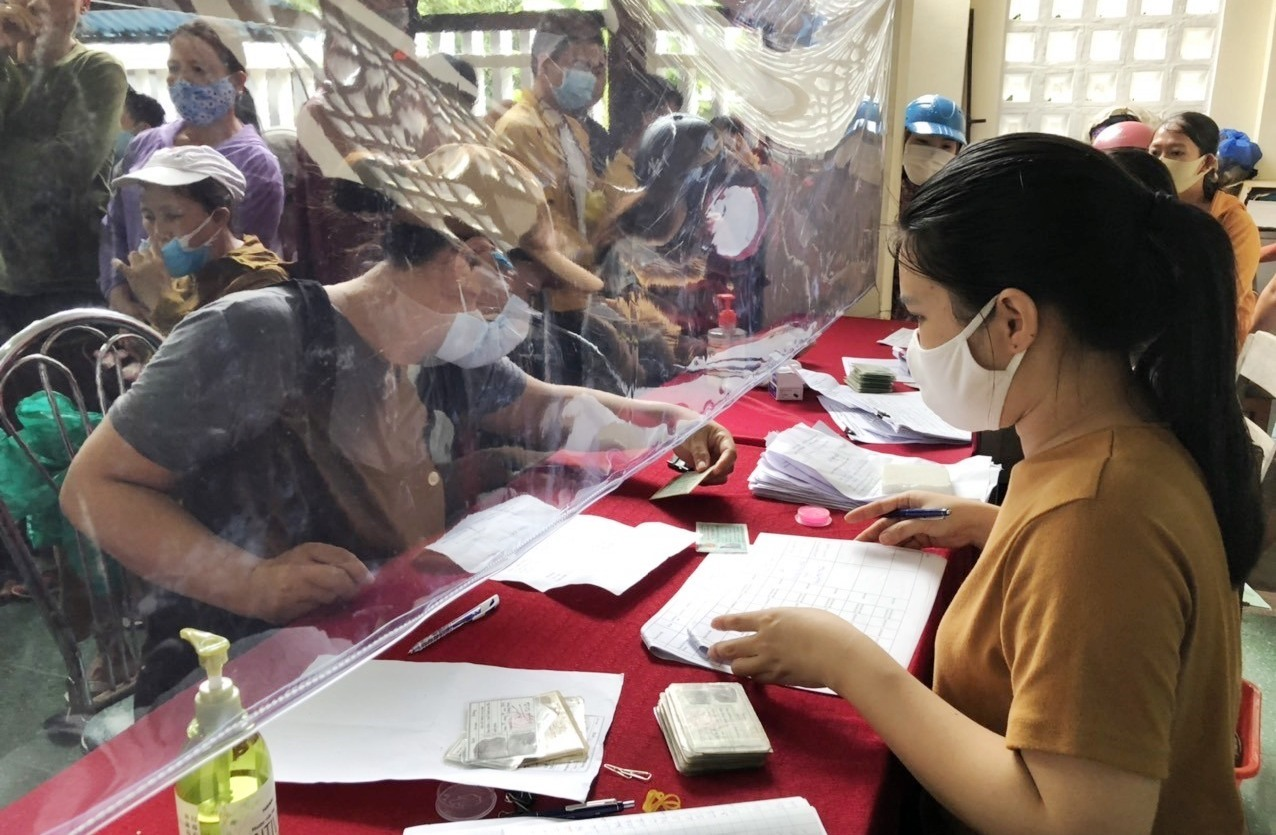 Người lao động nhận tiền hỗ trợ sáng ngày 16/9 tại Phòng LĐ-TB&XH Hội An.