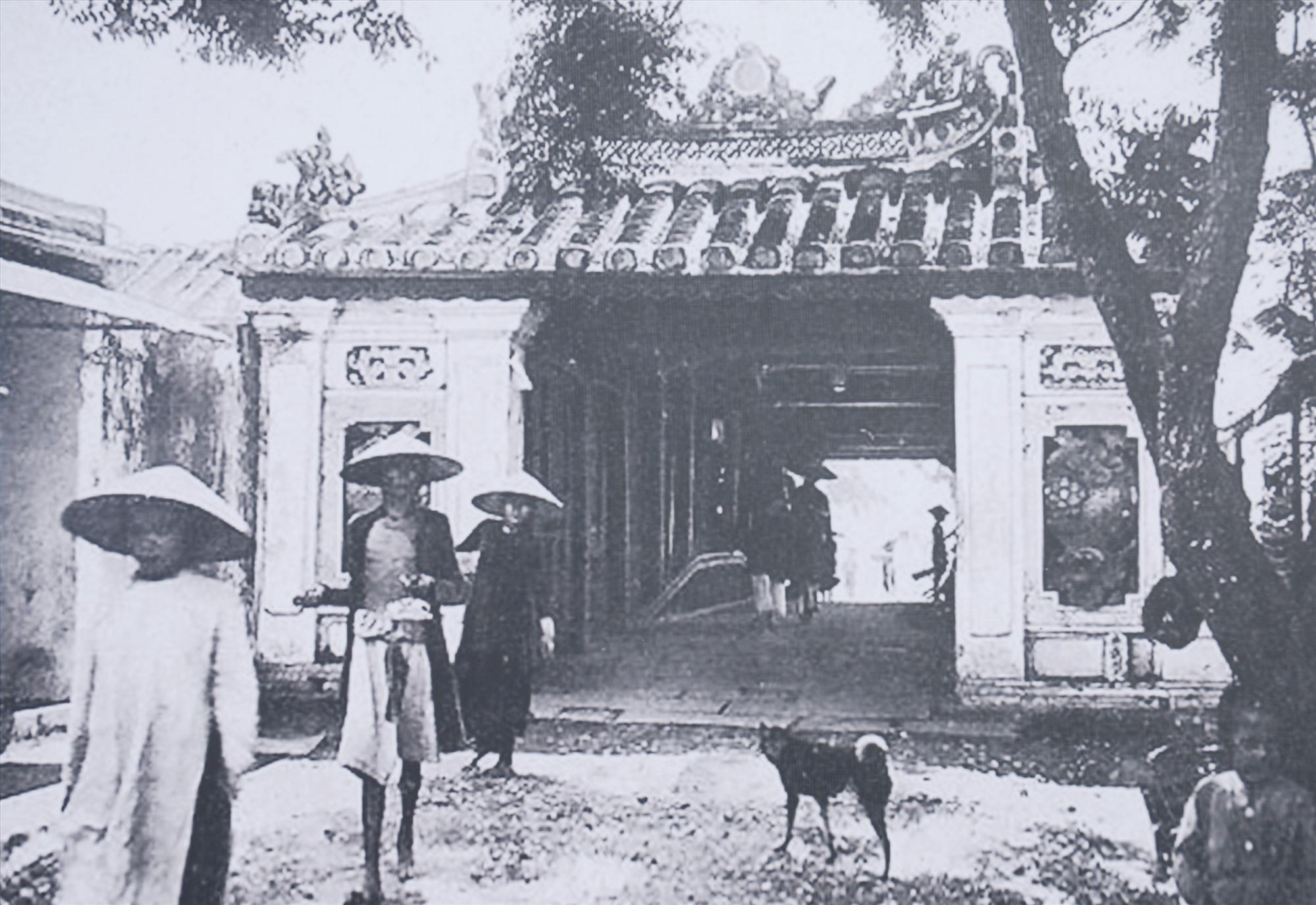 Thấp thoáng áo dài của phụ nữ Hội An trong bức ảnh Chùa Cầu đầu thế kỷ 20. Ảnh: Tư liệu