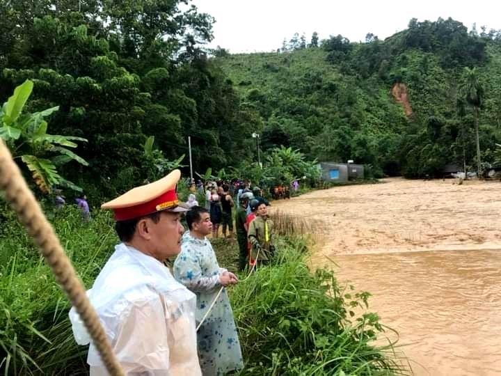 Lực lượng chức năng và người dân theo dõi cuộc giải cứu. Ảnh: H.B