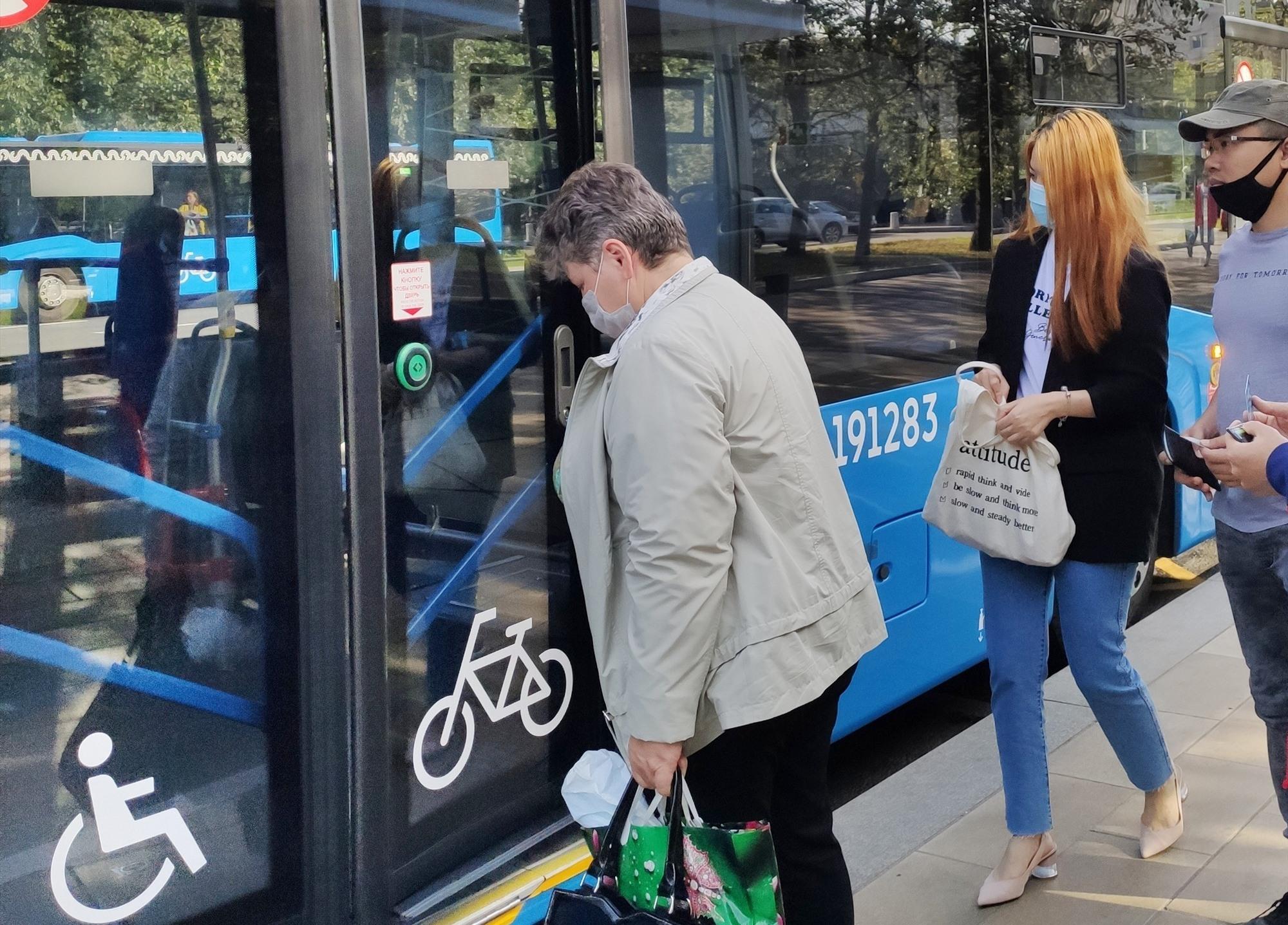 Xe buýt trong mùa dịch tại Mátxcơva. ẢNH: NGỌC TRÃI