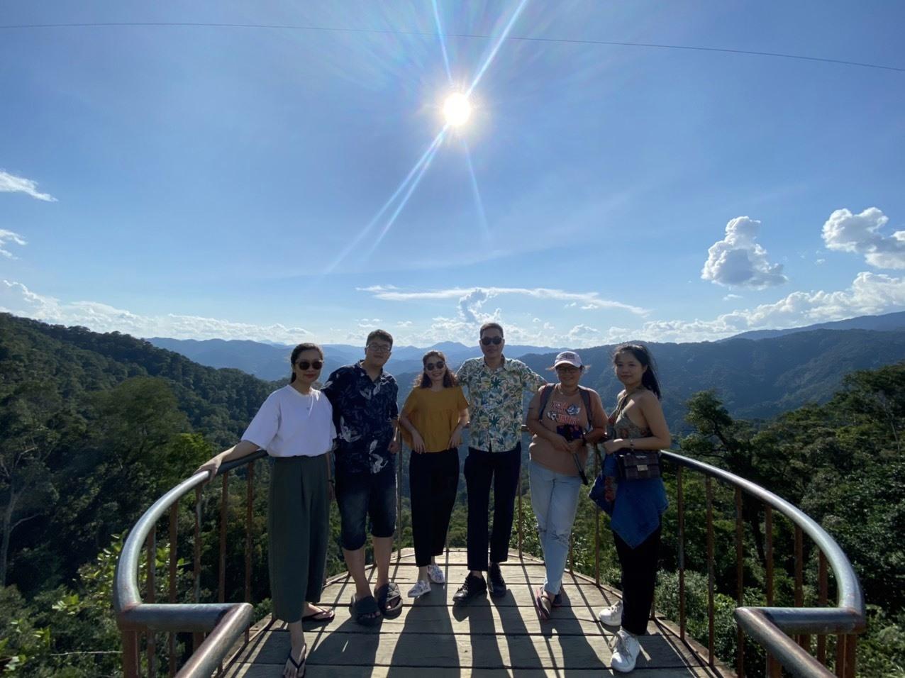 Các thành viên đoàn khảo sát tại đỉnh Quế