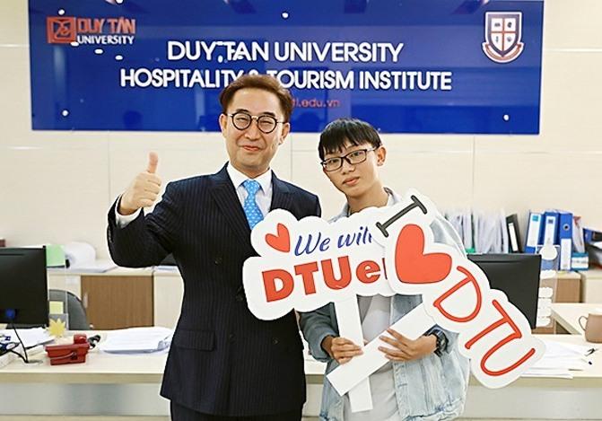 Thí sinh cao điểm nhất của DTU năm nay - Nguyễn Văn Tuấn (27,25 điểm) cùng GS-TS.
