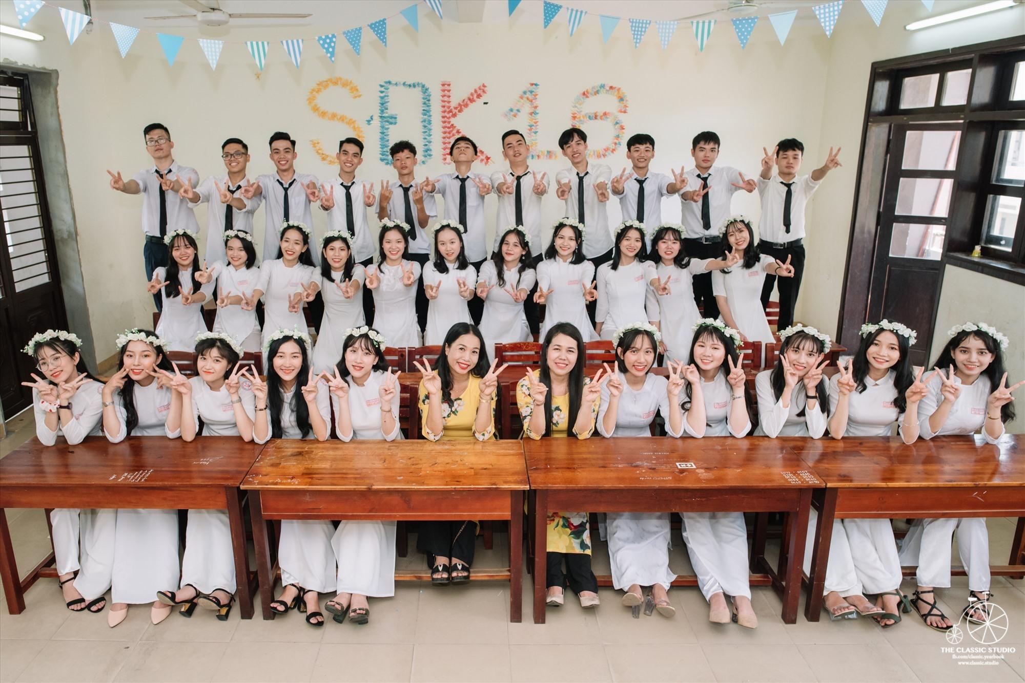 Tập thể lớp chuyên Sử - Địa K16 Trường THPT chuyên Nguyễn Bỉnh Khiêm và cô giáo chủ nhiệm - cô giáo bộ môn Sử - Địa. Ảnh: NVCC.