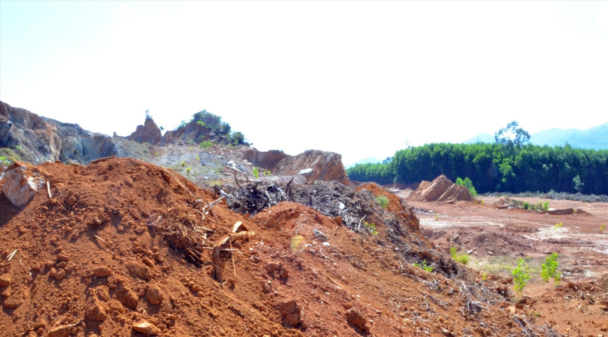 Mặt bằng Cụm công nghiệp Tam Mỹ Tây sau nhiều năm phê duyệt vẫn chỉ là khu vực đồi đá nham nhở. Ảnh: H.P