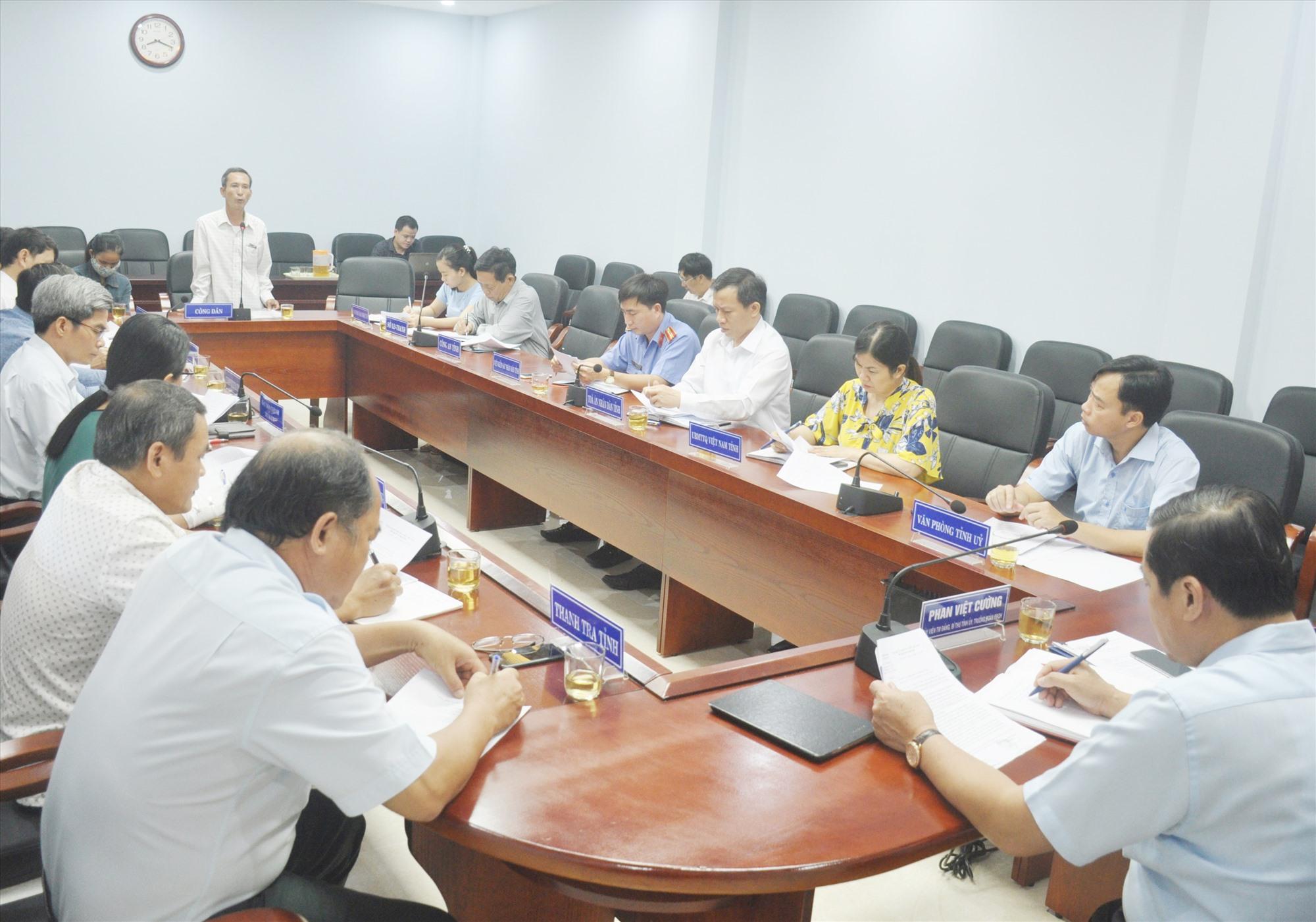 Ông Nguyễn Ái trình bày sự việc đã hơn 20 năm nhưng chưa được nhận sỏ đỏ tại cuộc tiếp dân tháng 9.2020 của Thường trực Tỉnh ủy. Ảnh: N.Đ