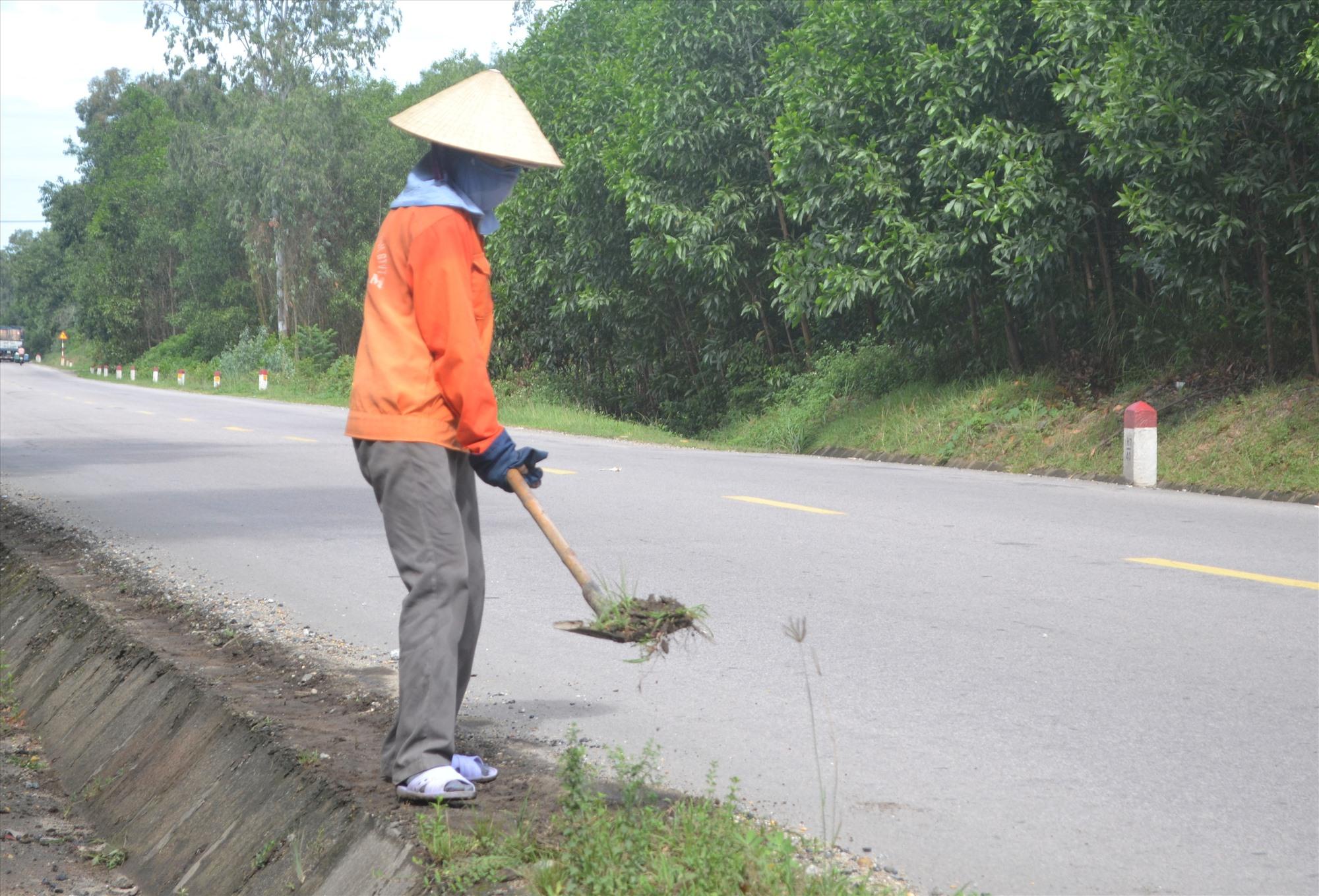 Duy tu, bảo dưỡng quốc lộ 14B trước mùa mưa bão 2020. Ảnh: CÔNG TÚ