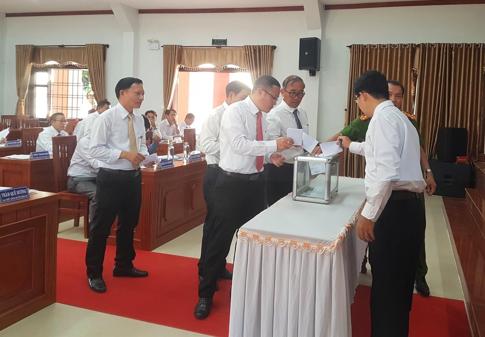 Đại biểu HĐND huyện Tiên Phước bỏ phiếu bầu các chức danh UBND huyện nhiệm kỳ 2020 - 2025. Ảnh: D.L