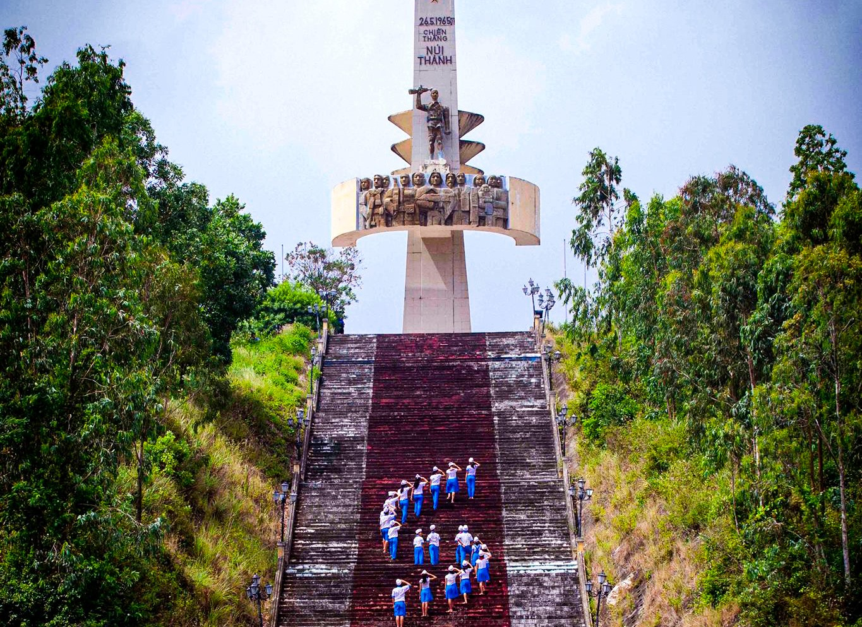 Tượng đài Chiến thắng Núi Thành. Ảnh: VÕ VIỆT