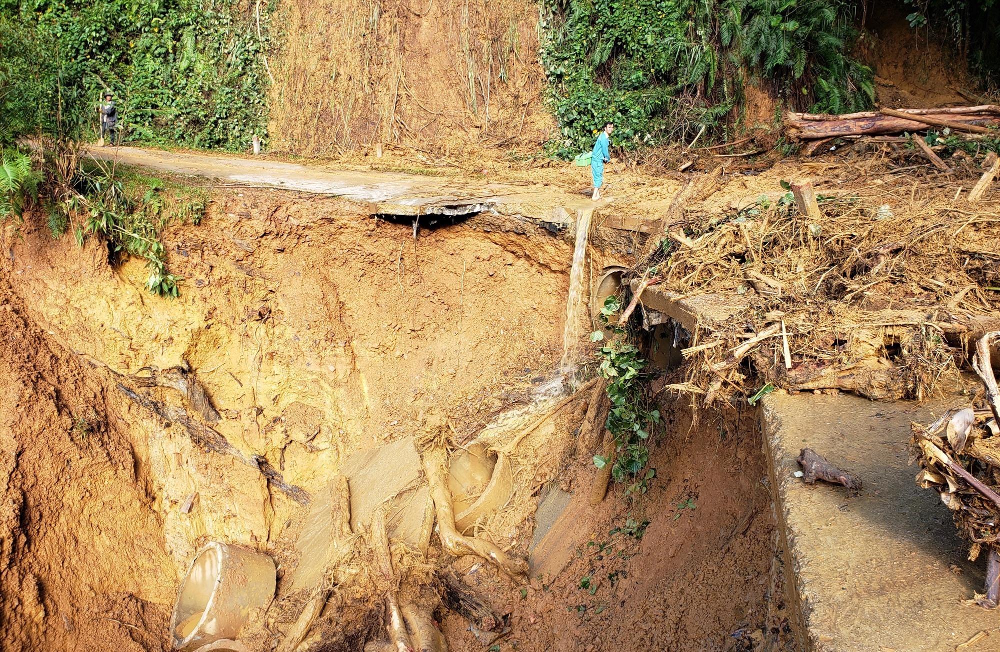 Nhiều khu vực bị sạt lở, nước cuốn trôi nhiều cống thoát nước. Ảnh: THANH THẮNG