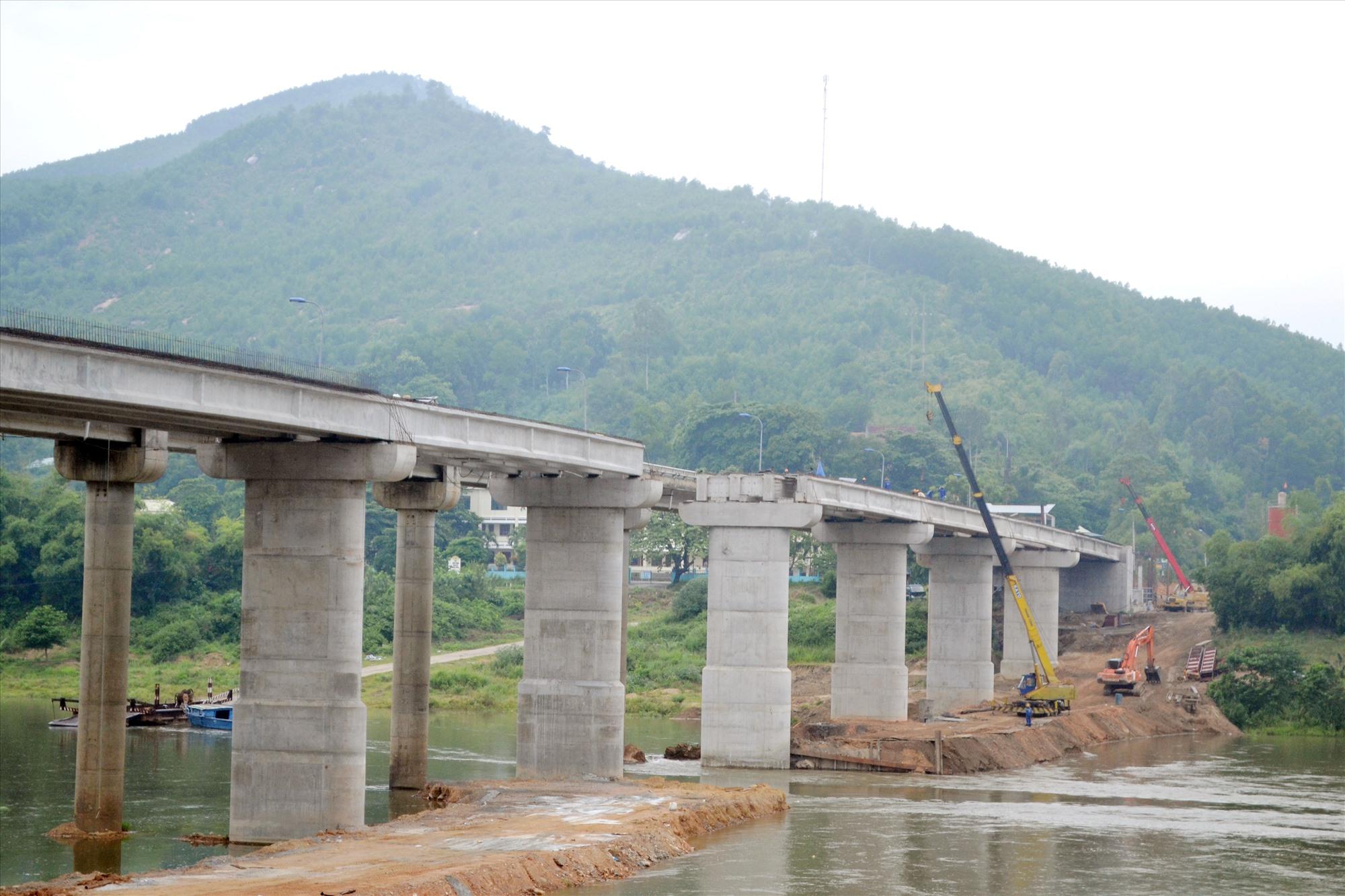 Công trình cầu Nông Sơn đang được gấp rút thi công. Ảnh: CÔNG TÚ
