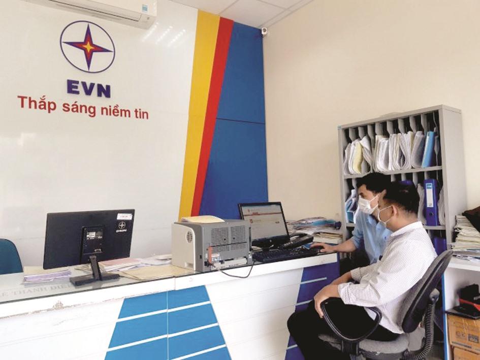Điện lực Nam Giang hướng dẫn khách hàng đăng ký tài khoản trên Cổng dịch vụ công Quốc gia. Ảnh: T.L