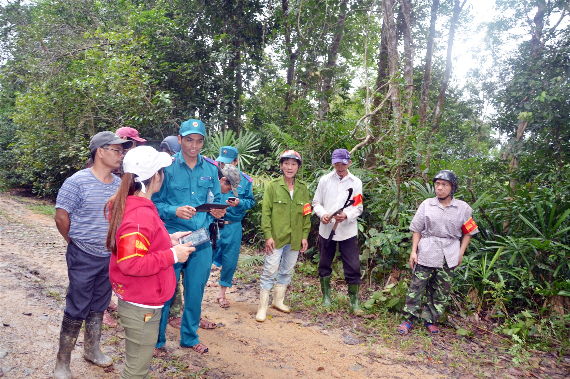 Cộng đồng dân cư tuần tra rừng ở lâm phận rừng phòng hộ Sông Kôn (Đông Giang) được Nhà nước giao nhận khoán từ chính sách chi trả dịch vụ môi trường rừng. Ảnh: T.H