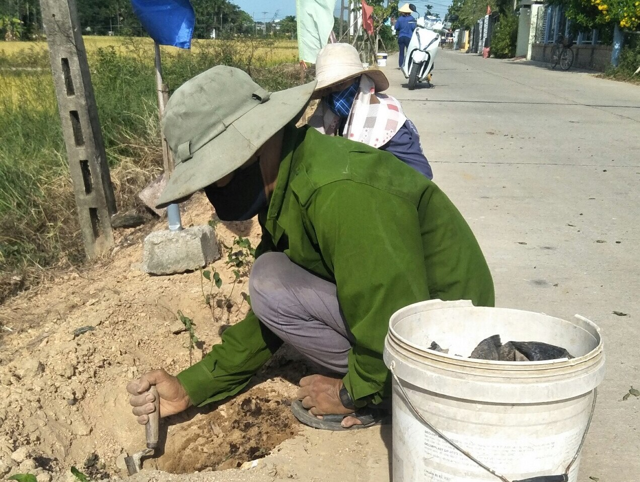 Nông dân phường Điện An trồng hoa ở tuyến đường tự quản. Ảnh: N.T