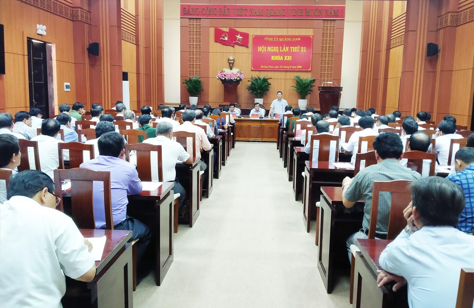 Các đồng chí Thường trực Tỉnh ủy điều hành thảo luận tại hội nghị Tỉnh ủy lần thứ 21. Ảnh: N.Đ