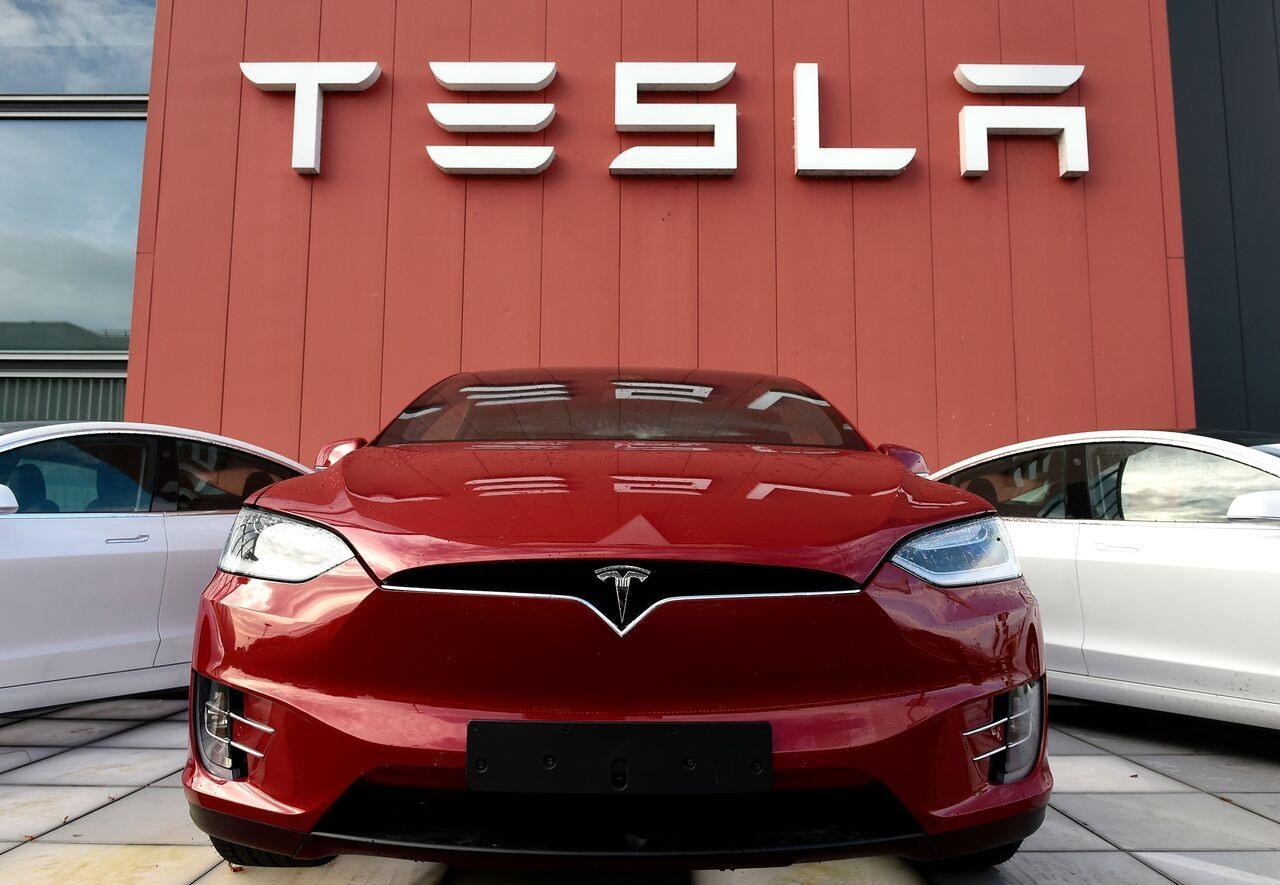 Tesla giới thiệu nhiều cải tiến giúp giảm giá thành và tăng dung lượng pin, mở đường cho xe điện giá rẻ. Ảnh: AFP
