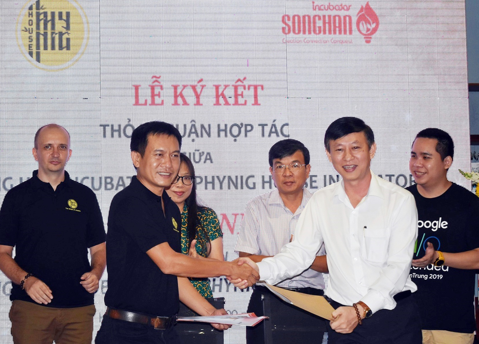 Signing ceremony of the cooperation agreement between Song Han Incubation Center and Phyning House.