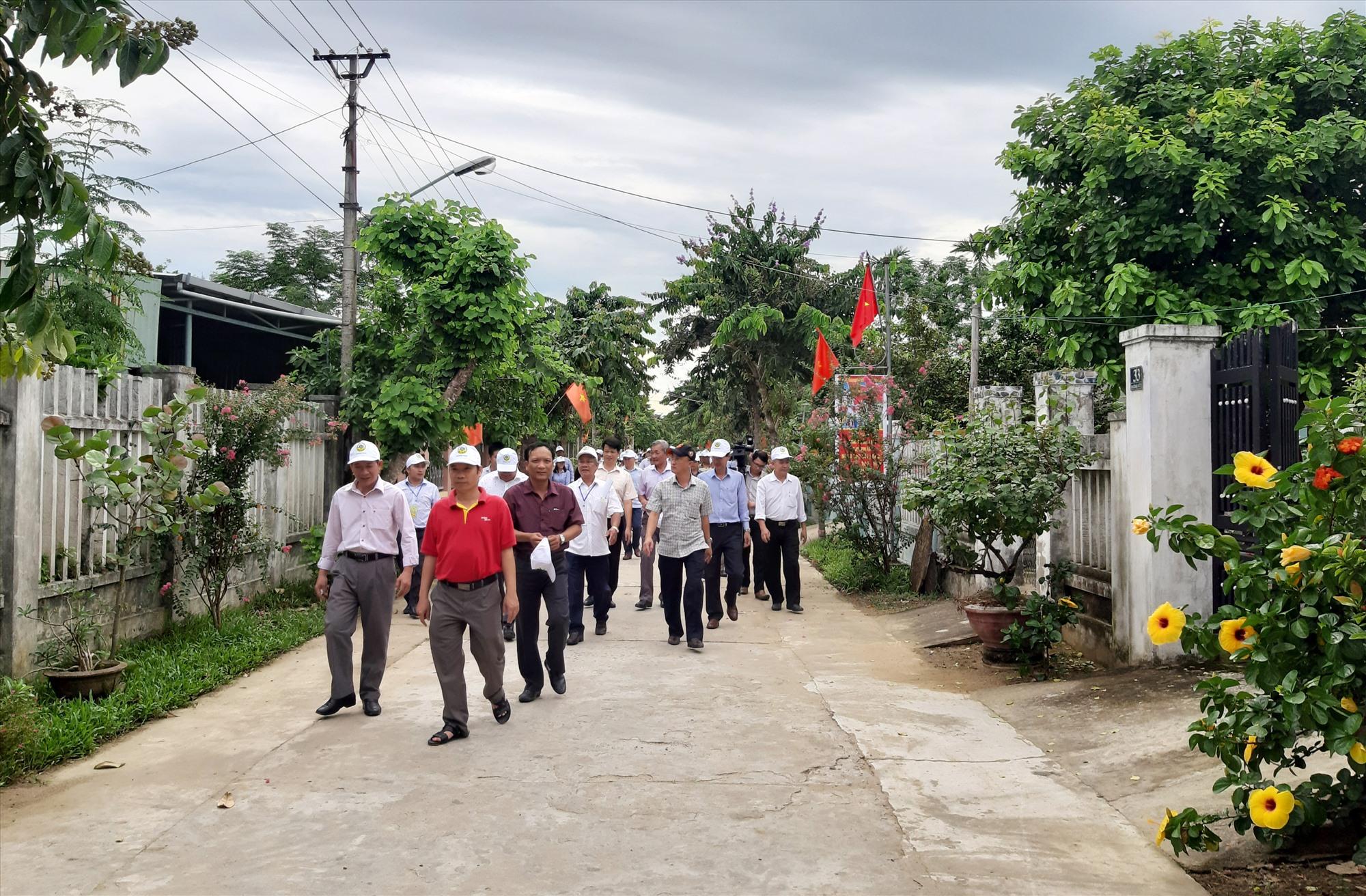 Tham quan khu dân cư nông thôn mới kiểu mẫu Bến Đền của xã Điện Quang (Điện Bàn). Ảnh: N.P