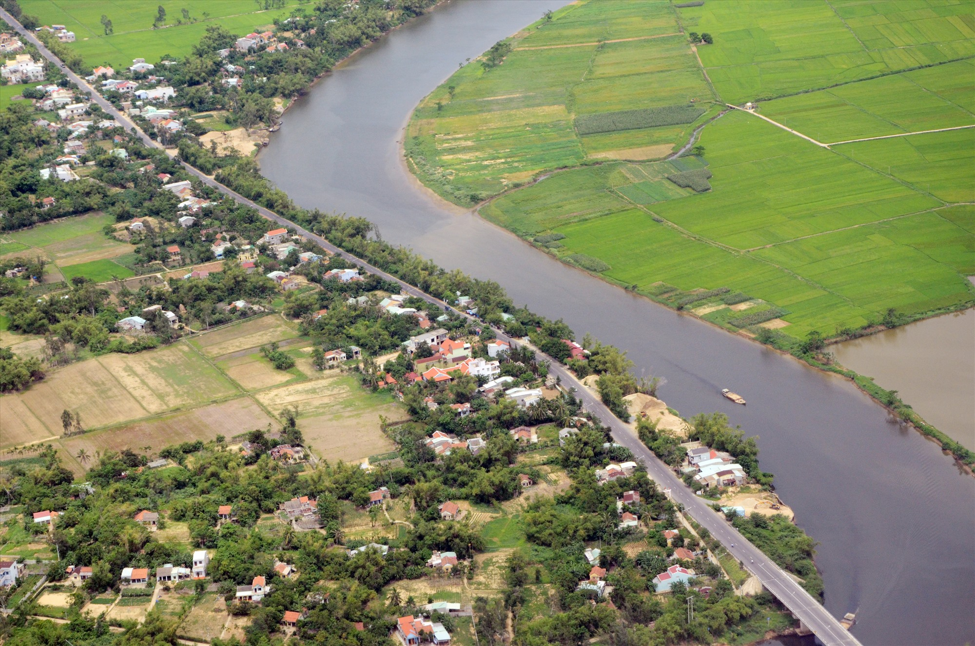 Các đô thị mở rộng không gian bám ven sông ven biển. Ảnh: H.PHÚC