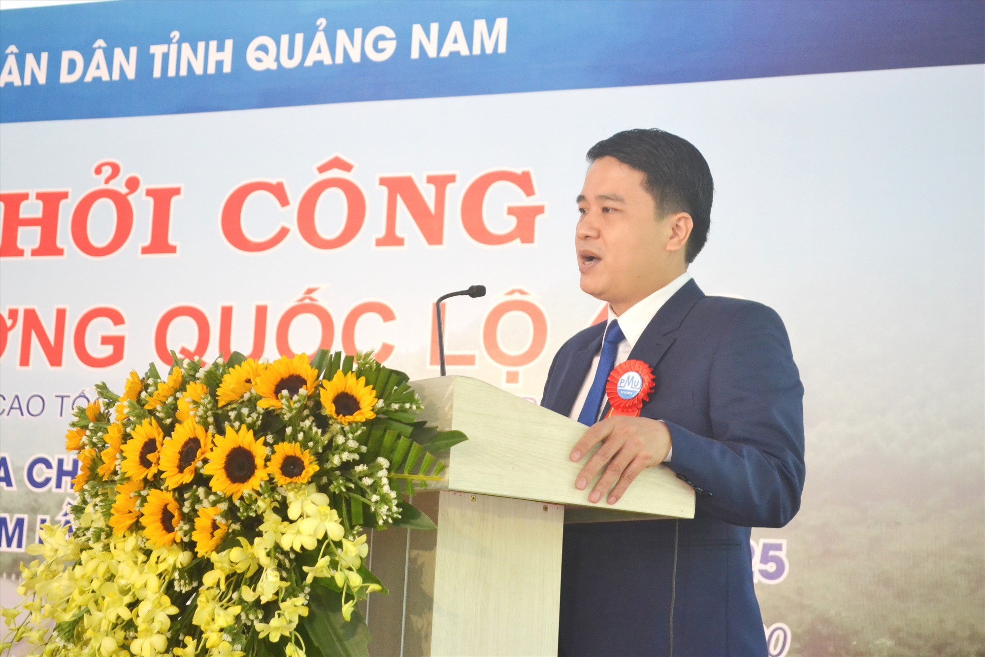 Phó Chủ tịch UBND tỉnh Trần Văn Tân phát lệnh khởi công công trình. Ảnh: CT