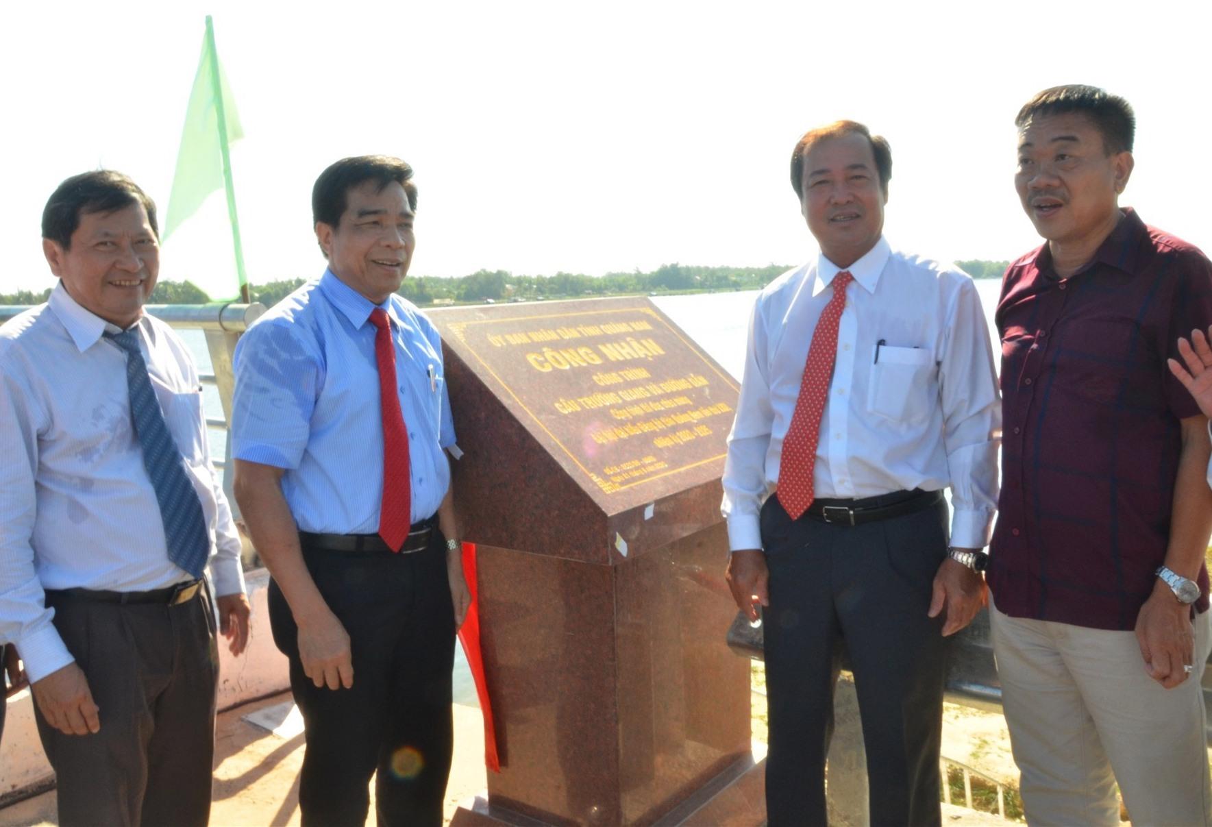 Lãnh đạo tỉnh gắn biển hoàn thành công trình cầu Trường Giang và đường dẫn