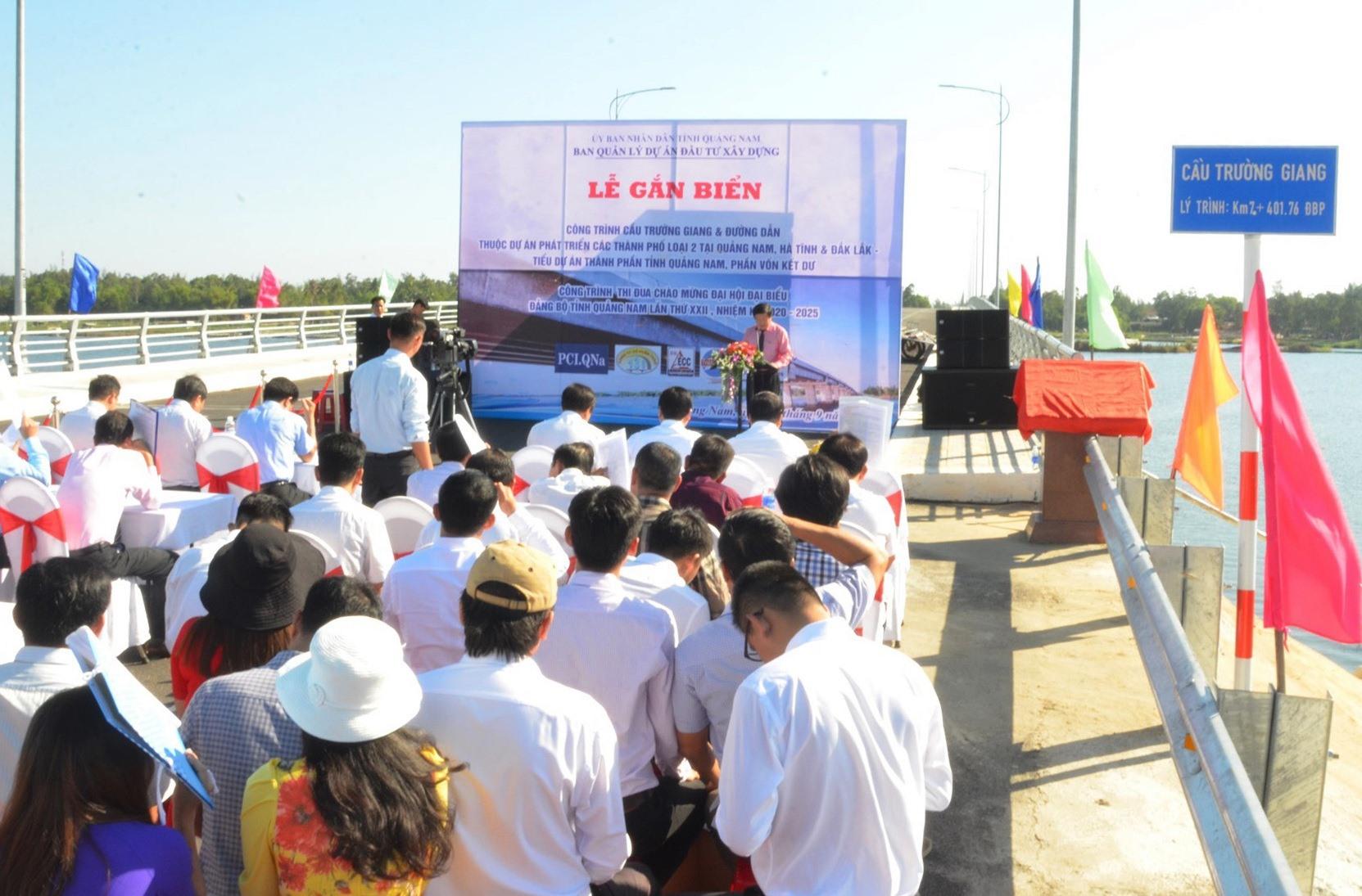 Nhiều người dân ở vùng đông dự lễ gắn biển hoàn thành công trình cầu Trường Giang và đường dẫn