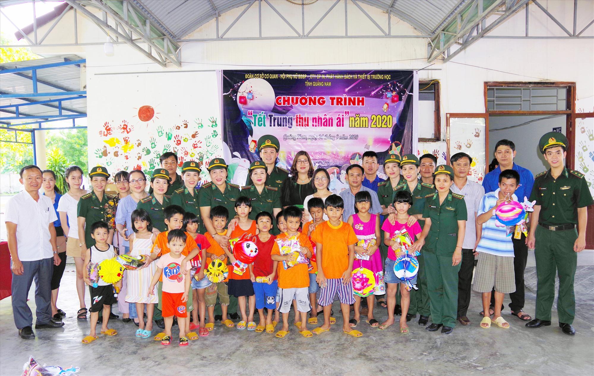 Tặng quà trung thu cho trẻ em làng Hòa Bình . Ảnh: HỒNG ANH