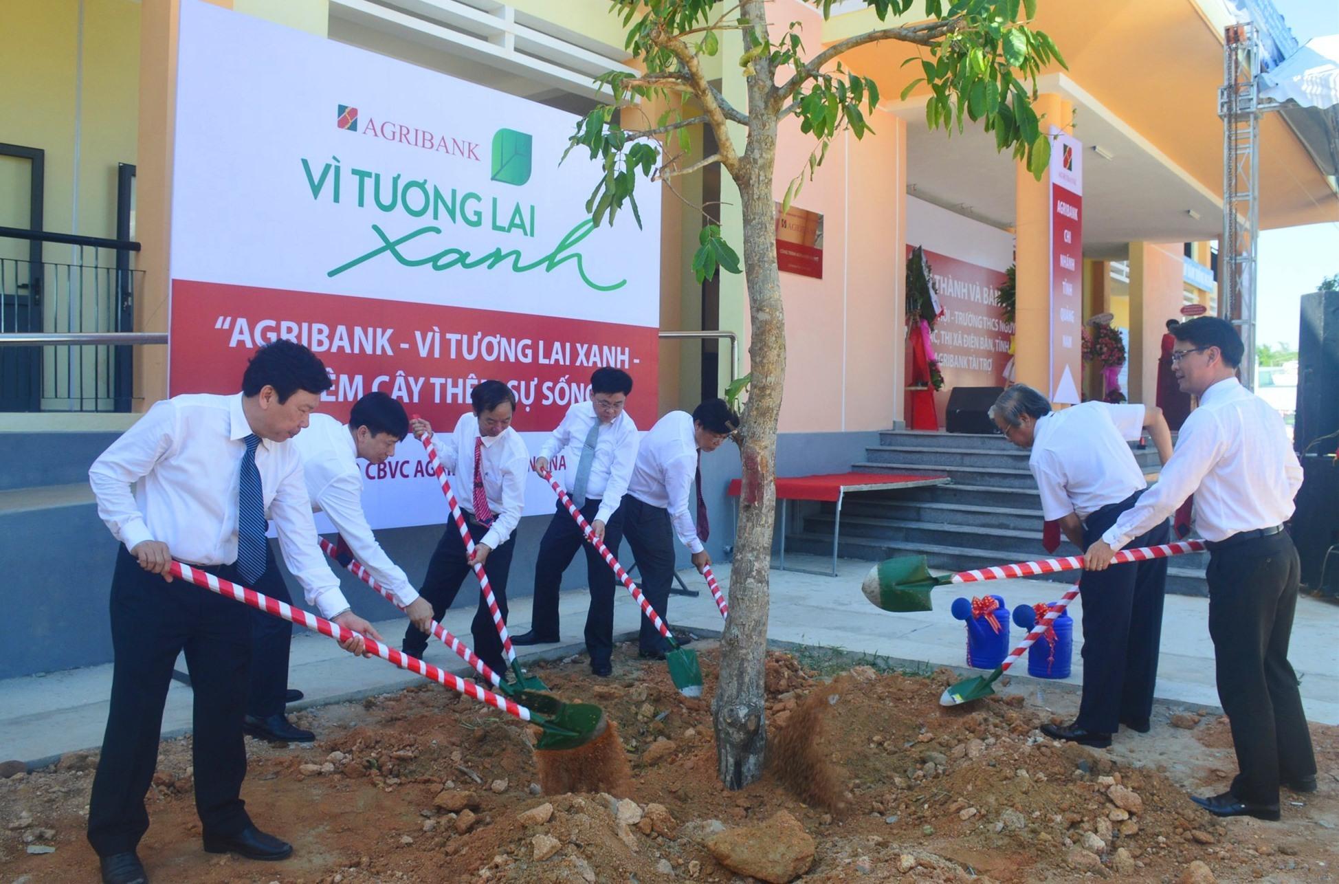 Các đại biểu trồng cây xanh lưu niệm trong khuôn viên trường. Ảnh: Q.T