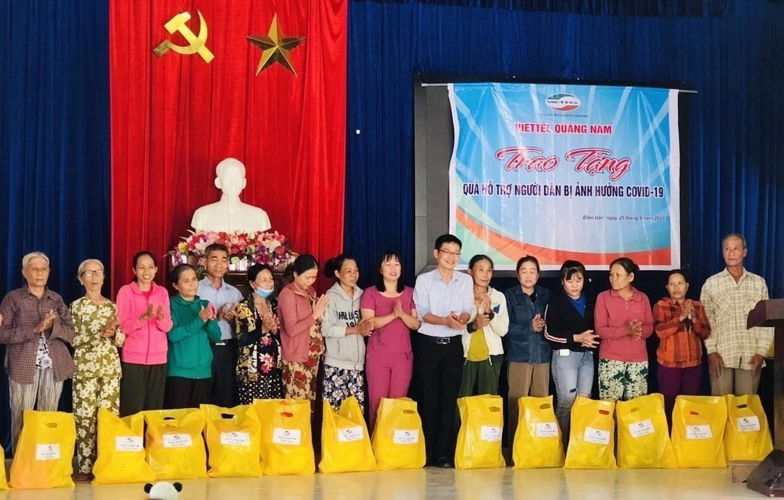 Viettel Quảng Nam tặng quà hỗ trợ người dân bị ảnh hưởng dịch Covid-19. Ảnh: V.A