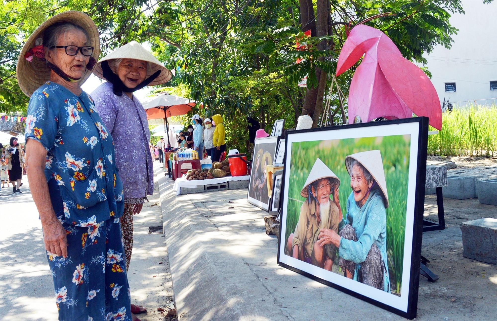 Phiên chợ thu hút sự quan tâm không chỉ của du khách mà cả người dân địa phương