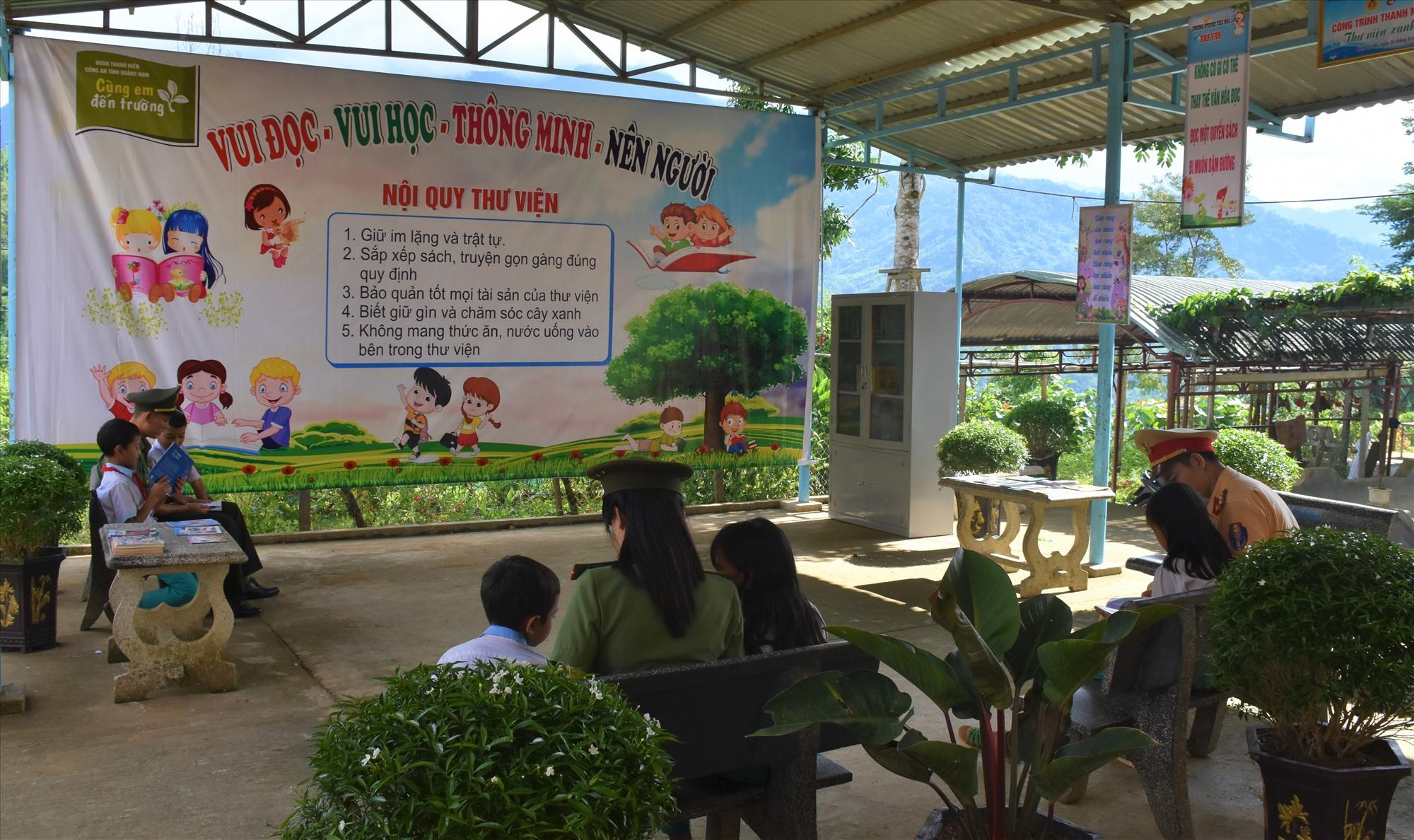 Xây dựng khu thư viện xanh cho các em học sinh. Ảnh: M.L
