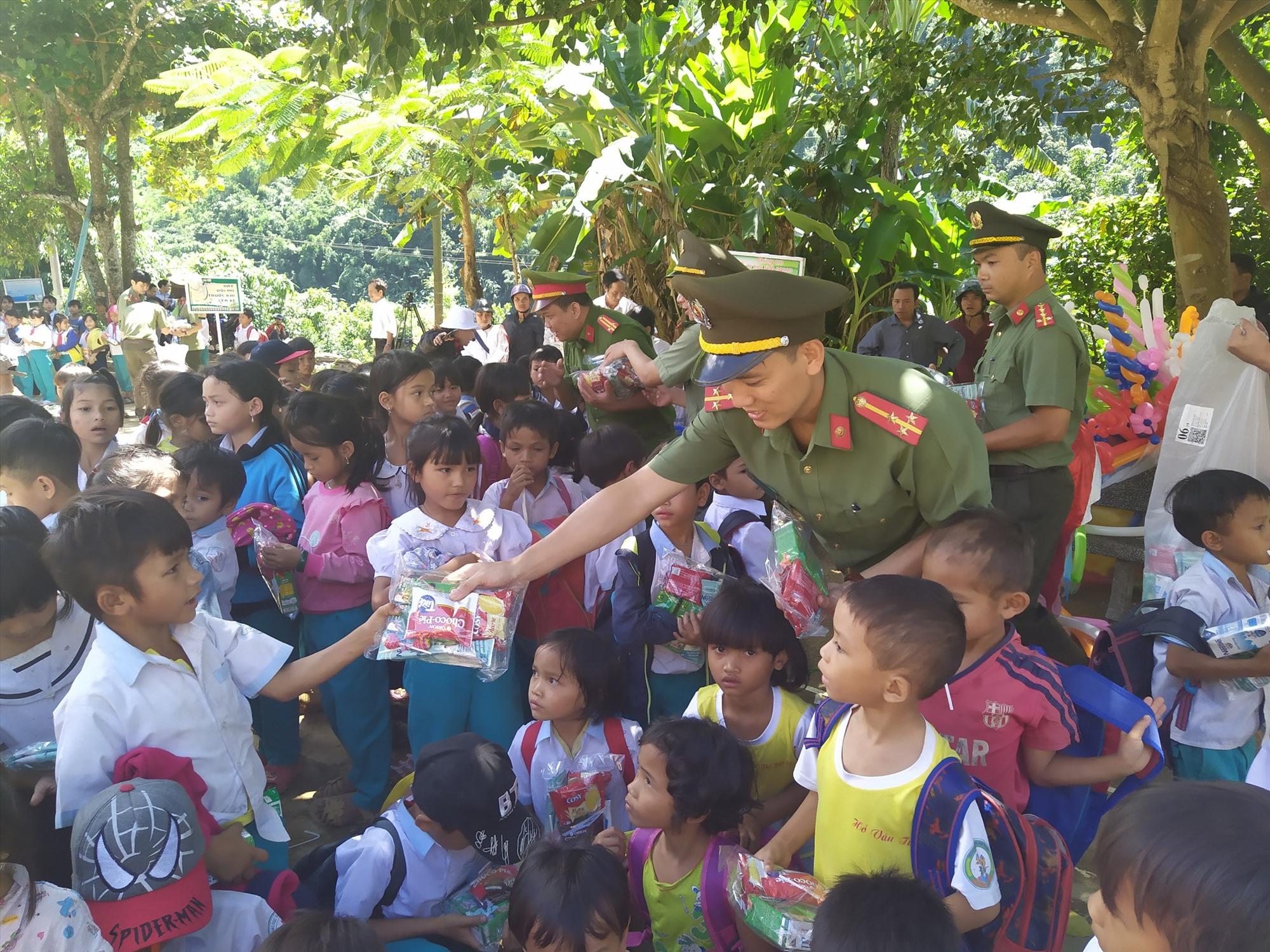 Tổ chức chương trình Trung thu cho các em học sinh xã Trà Vân. Ảnh: M.L